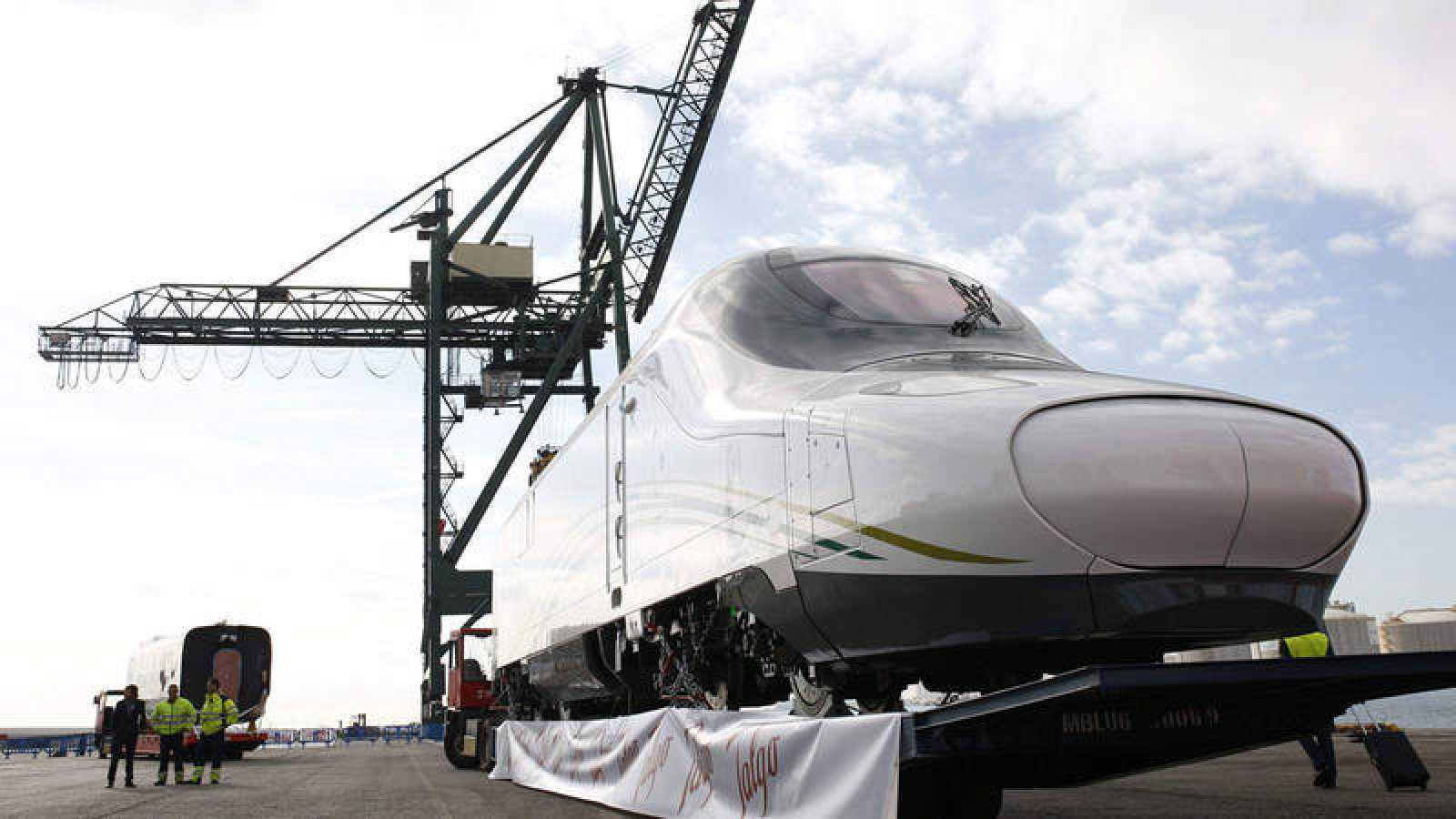Uno de los primeros AVE fabricados por Talgo con salida desde el puerto de Barcelona y destino Jeddah (Arabia Saudí)