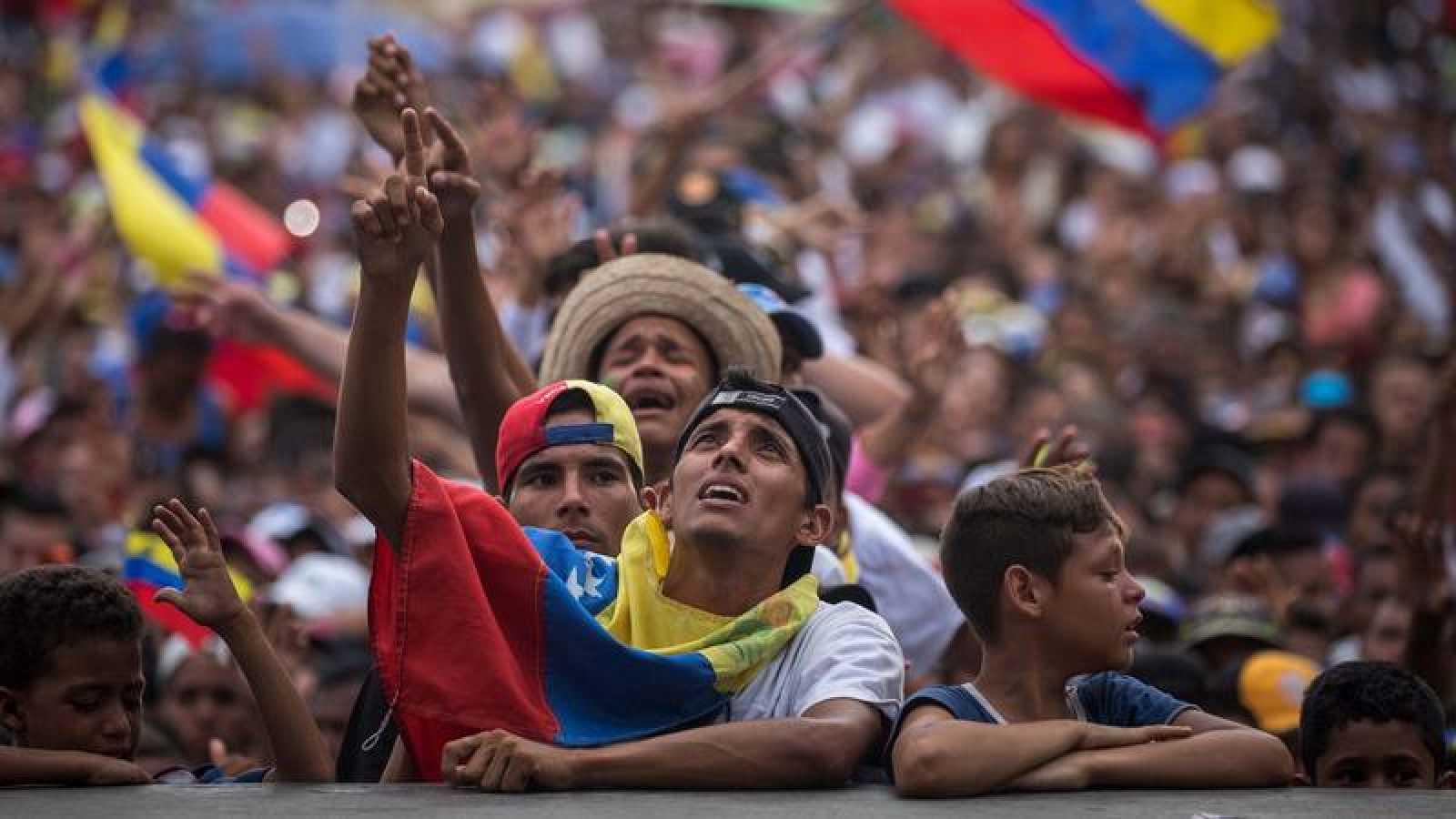 Partidarios del candidato venezolano Javier Bertucci en su cierre de campaña