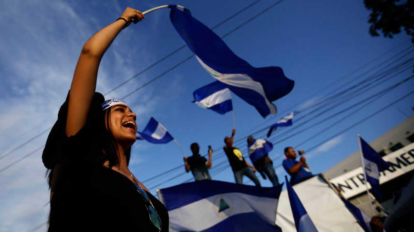Una joven ondea una bandera de Nicaragua durante una protesta celebrada el viernes 18 de mayo en Managua