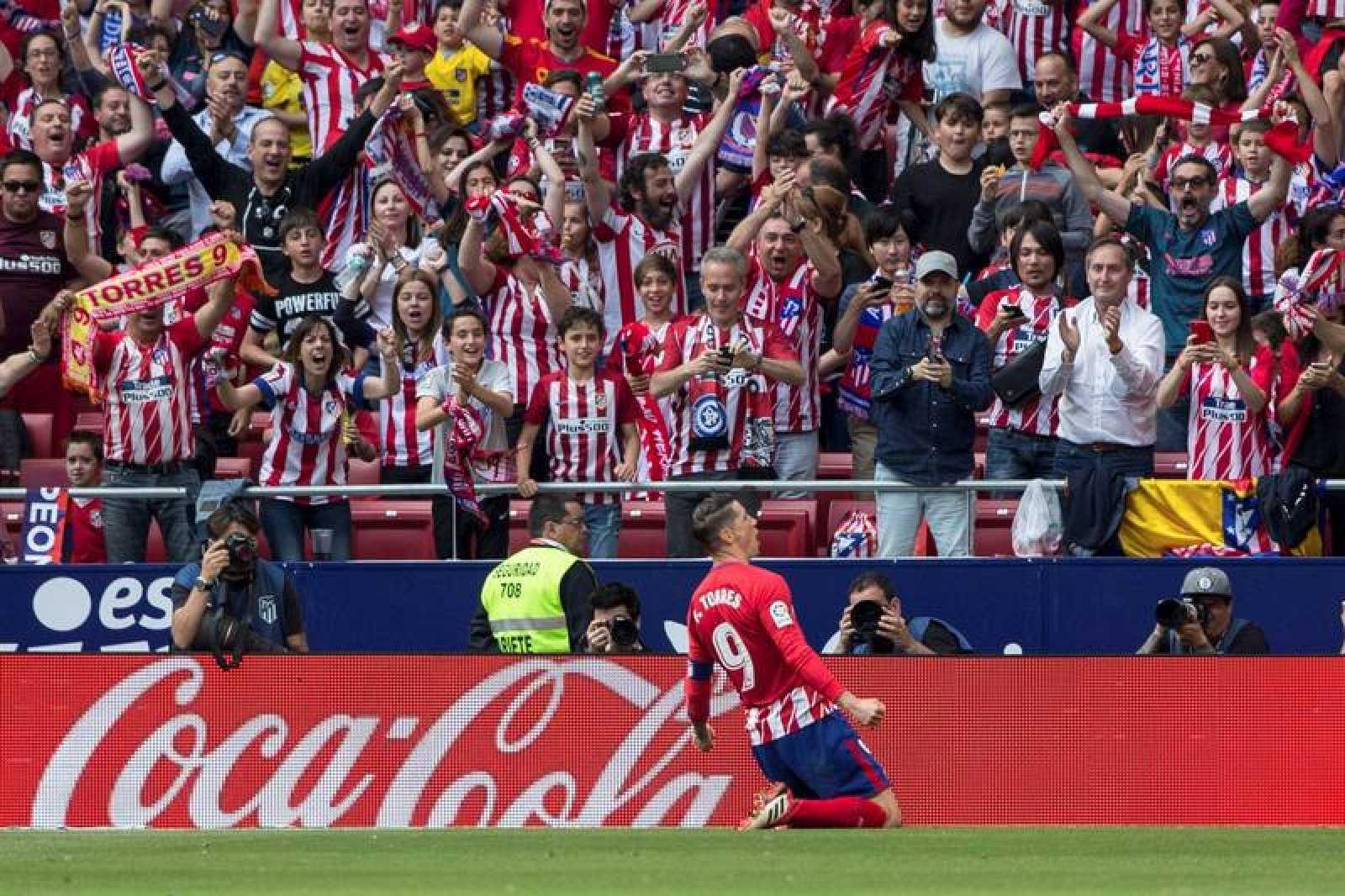 El delantero del Atlético de Madrid, Fernando Torres, celebra el gol contra el Eibar.