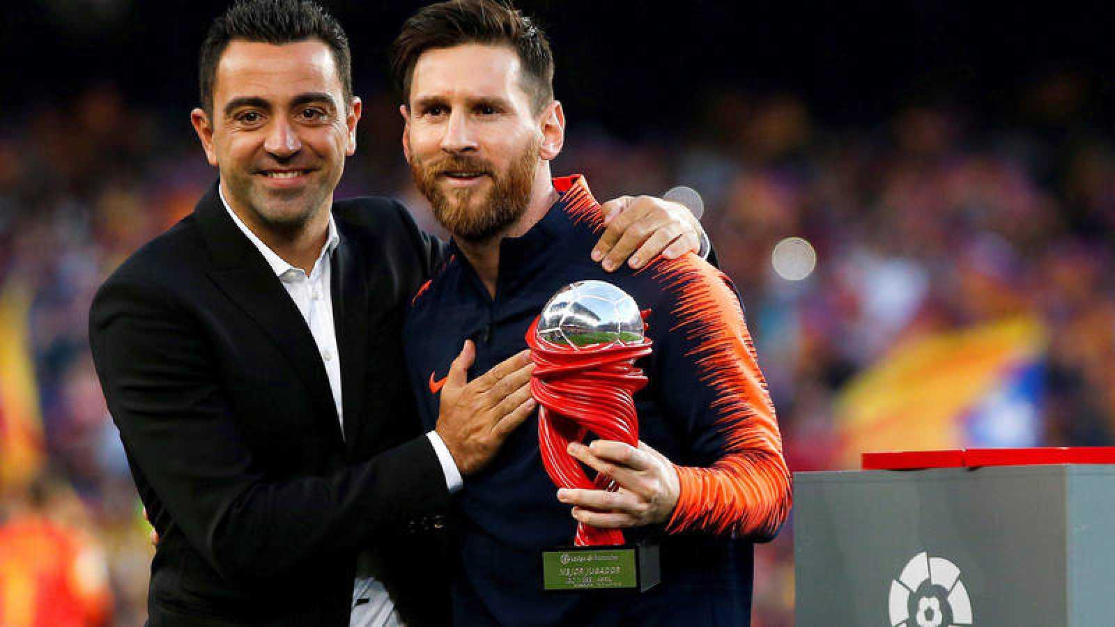 Xavi Hernández entrega a Messi el premio a mejor jugador del Mess.