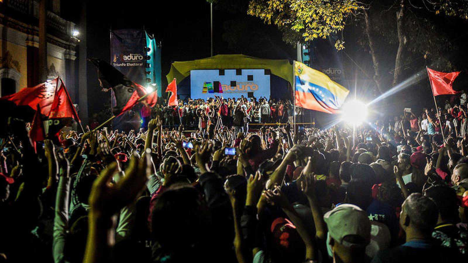 Seguidores de Nicolás Maduro siguen su mitin tras las elecciones en Venezuela