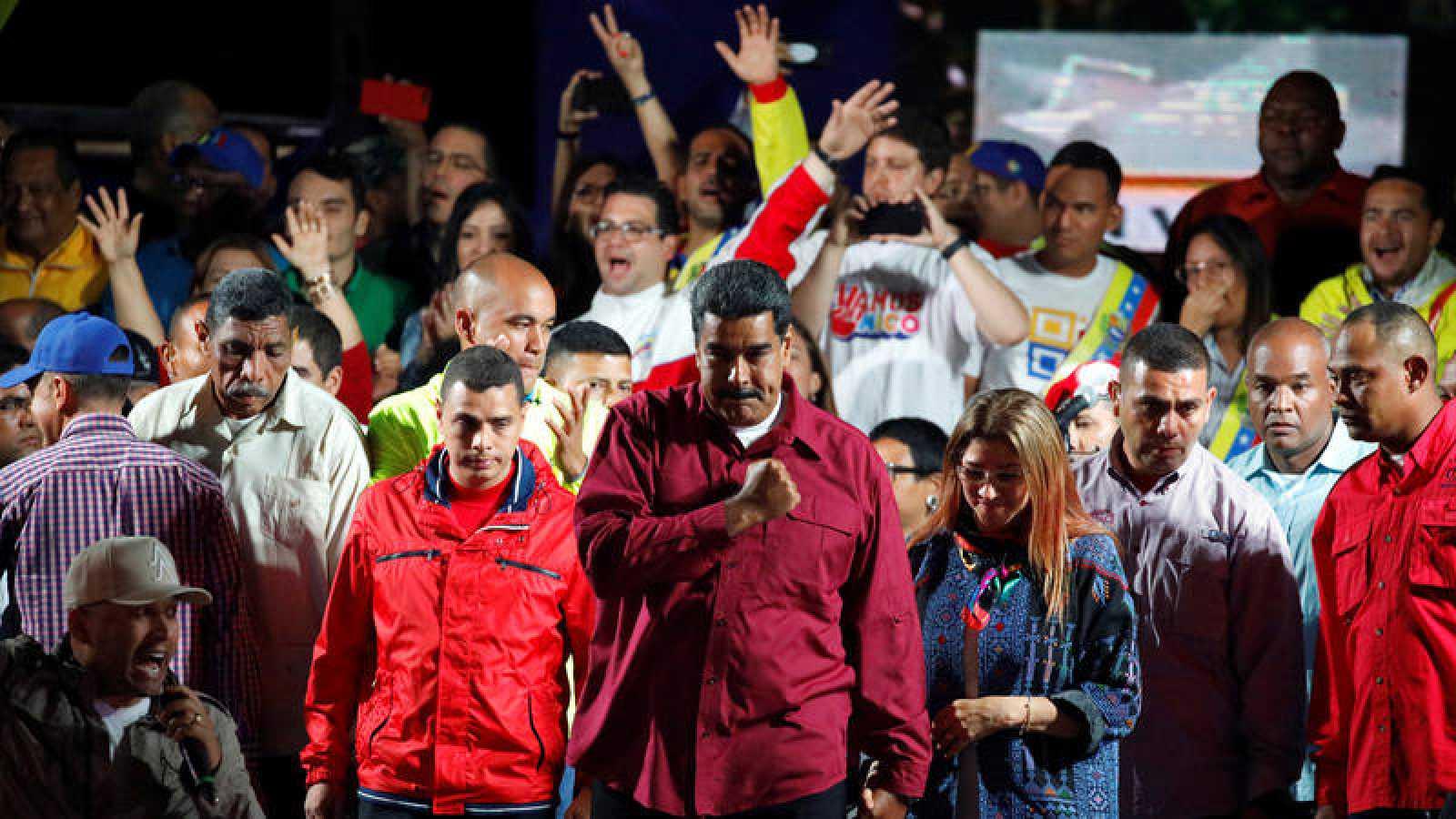 El presidente venezolano Nicolas Maduro junto a sus partidarios tras conocer los resultados de las elecciones