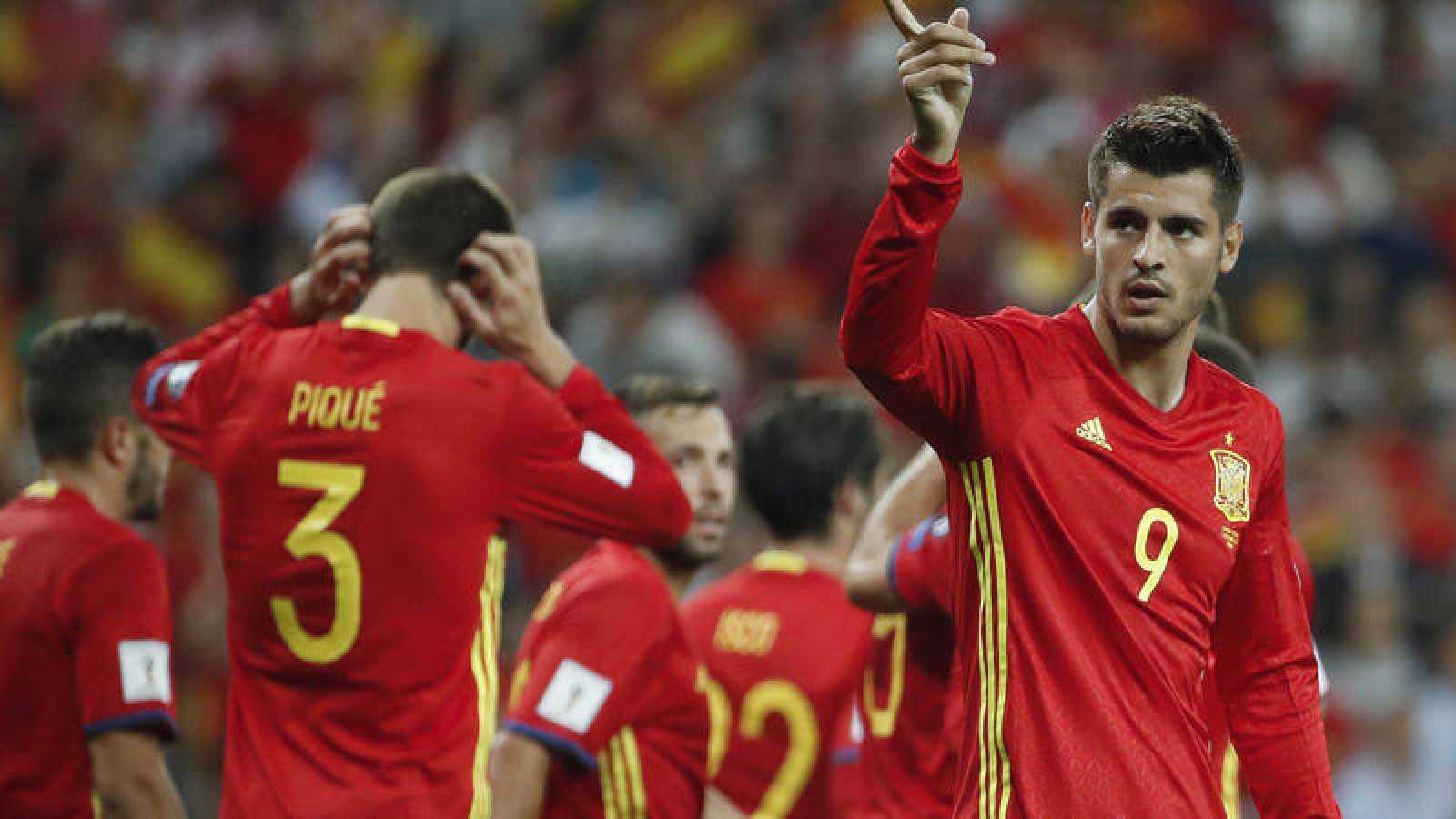 El delantero del Chelsea, Álvaro Morata (d), en un partido con la selección española.