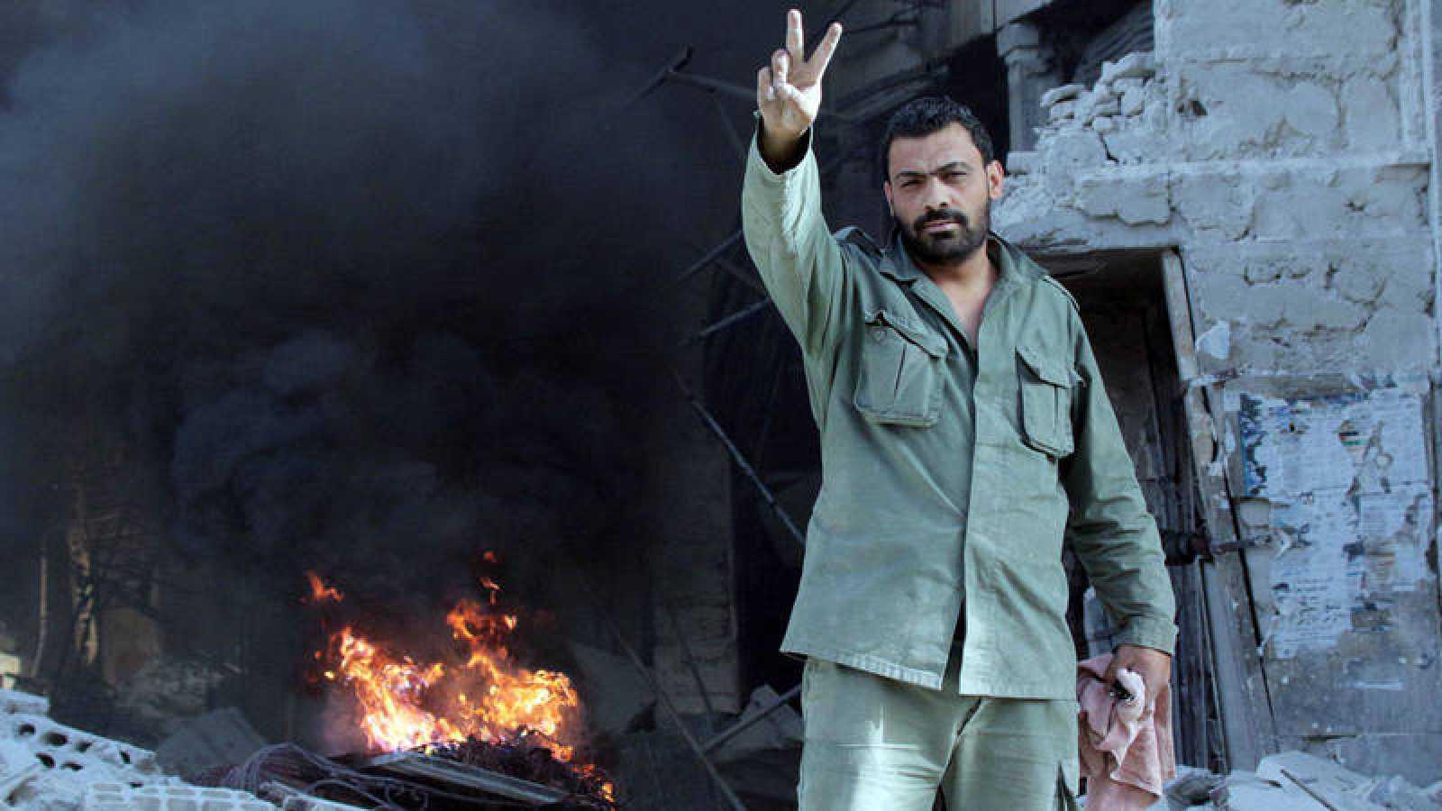 Un soldado sirio celebra la toma Damasco este lunes