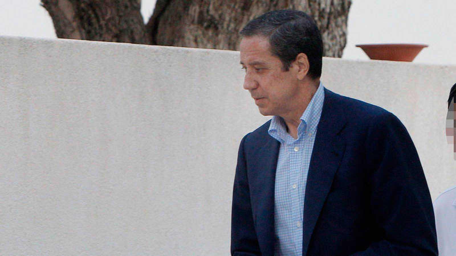 Eduardo Zaplana, llegando a su chalé de Benidorm para un registro de la Guardia Civil.