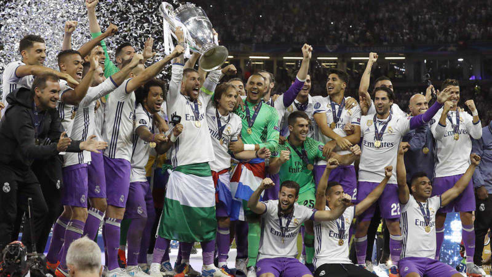 Los jugadores del Real Madrid levantan el trofeo de la Champions 2017 en Cardiff.