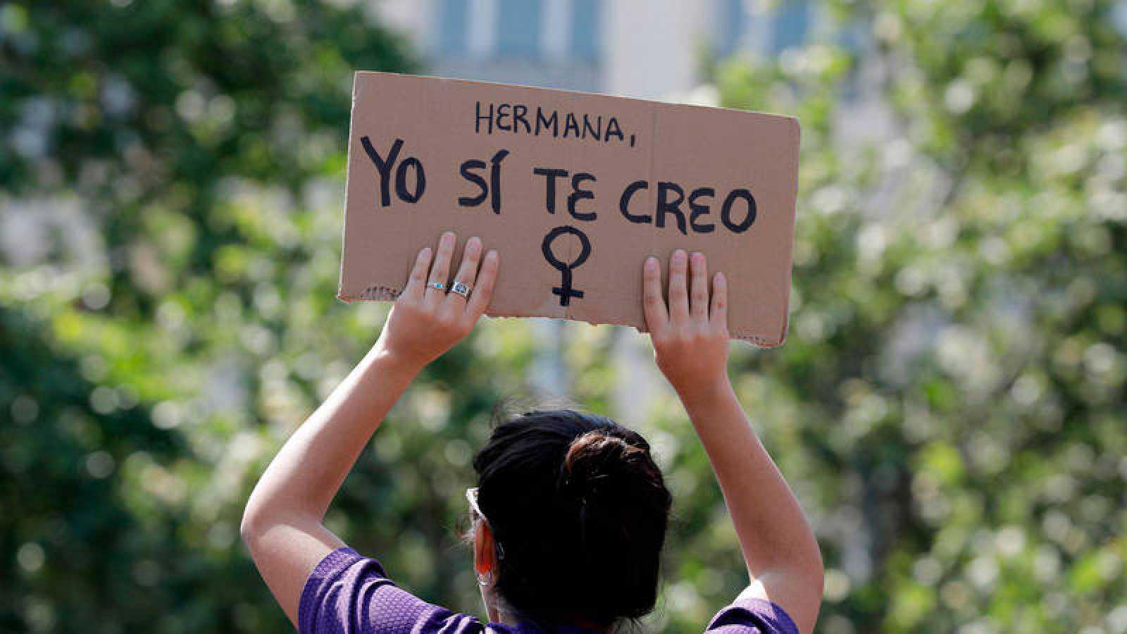 """Una joven sostiene una pancarta de """"Yo sí te creo"""" en una manifestación contra la sentencia de 'La Manada'"""