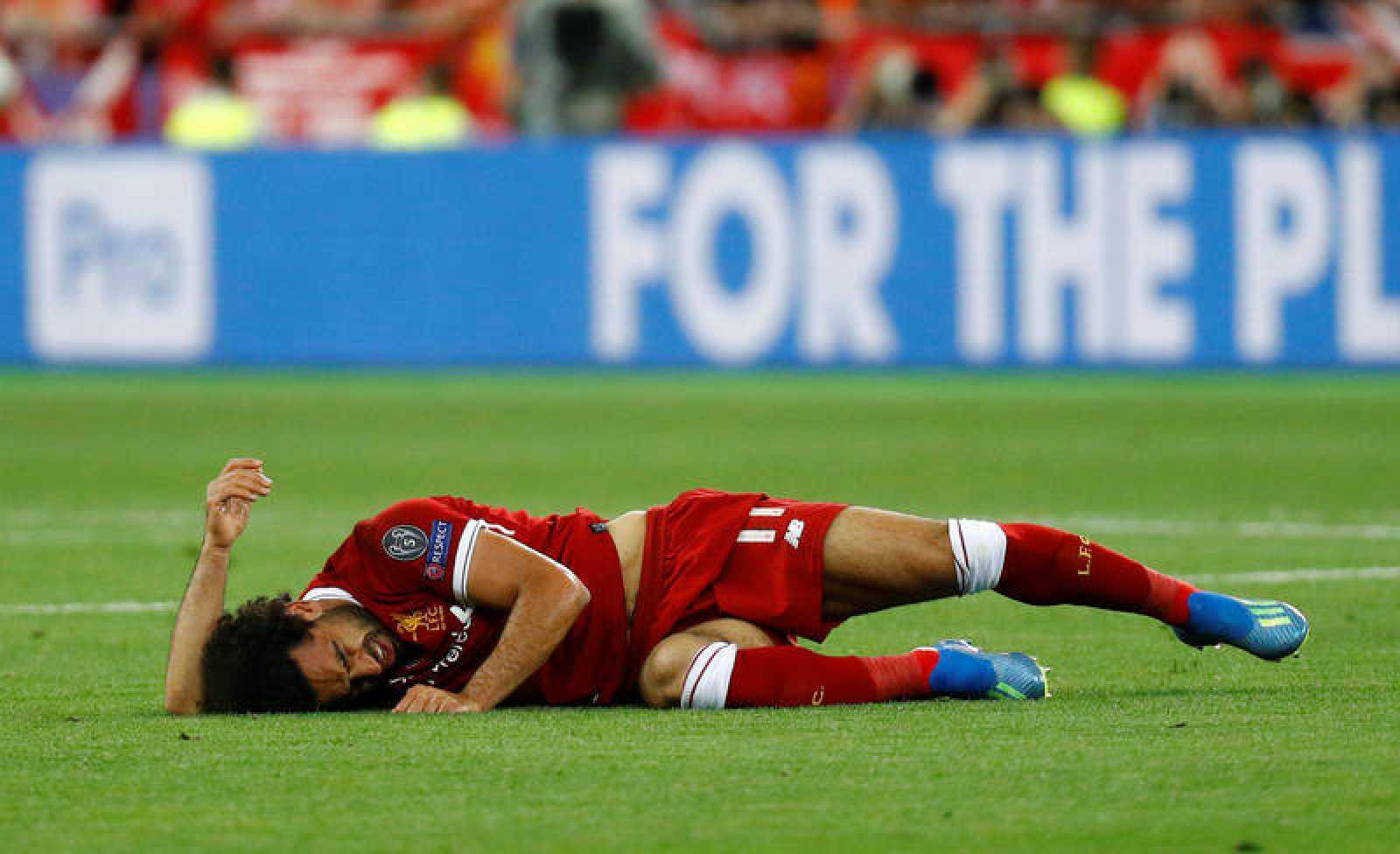 Salah tuvo que abandonar la final por una lesión en su hombro en un lance del juego con Sergio Ramos.