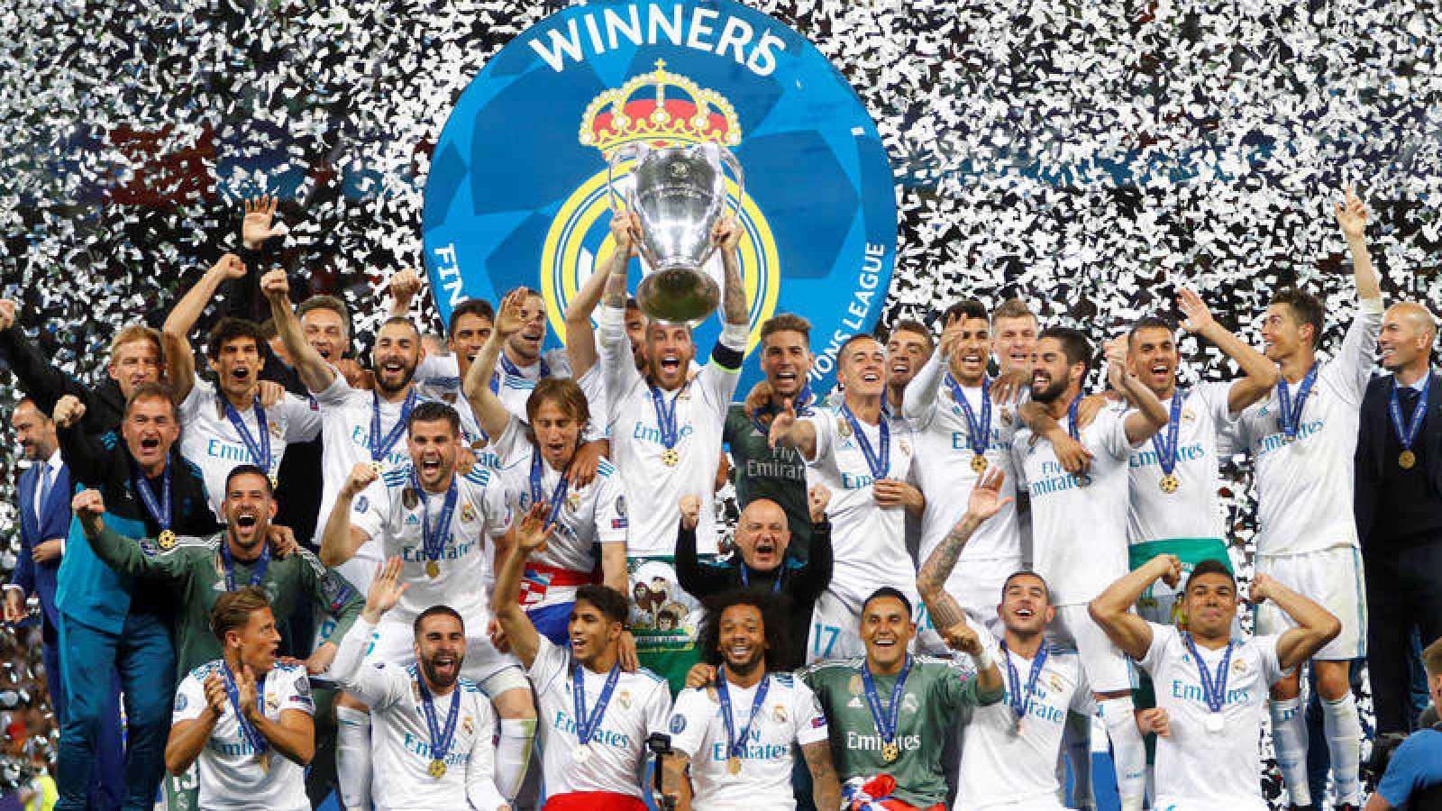 Sergio Ramos levanta la Copa de Europa rodeado de sus compañeros.