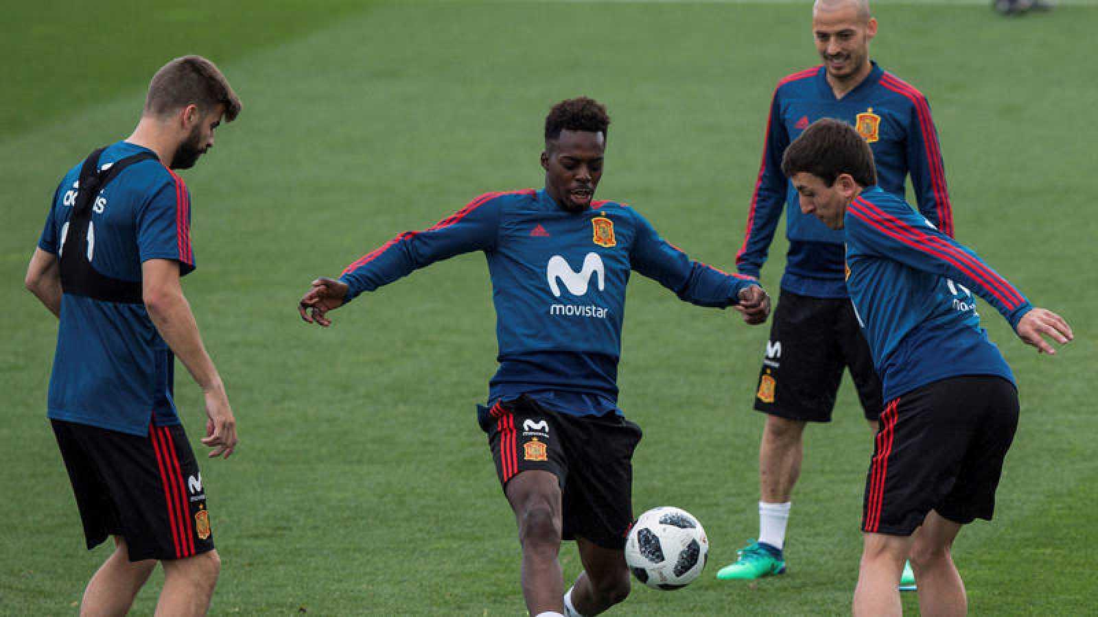 Iñaki Williams (centro) y Mikel Oyarzabal (derecha), en un entrenamiento de la selección española.