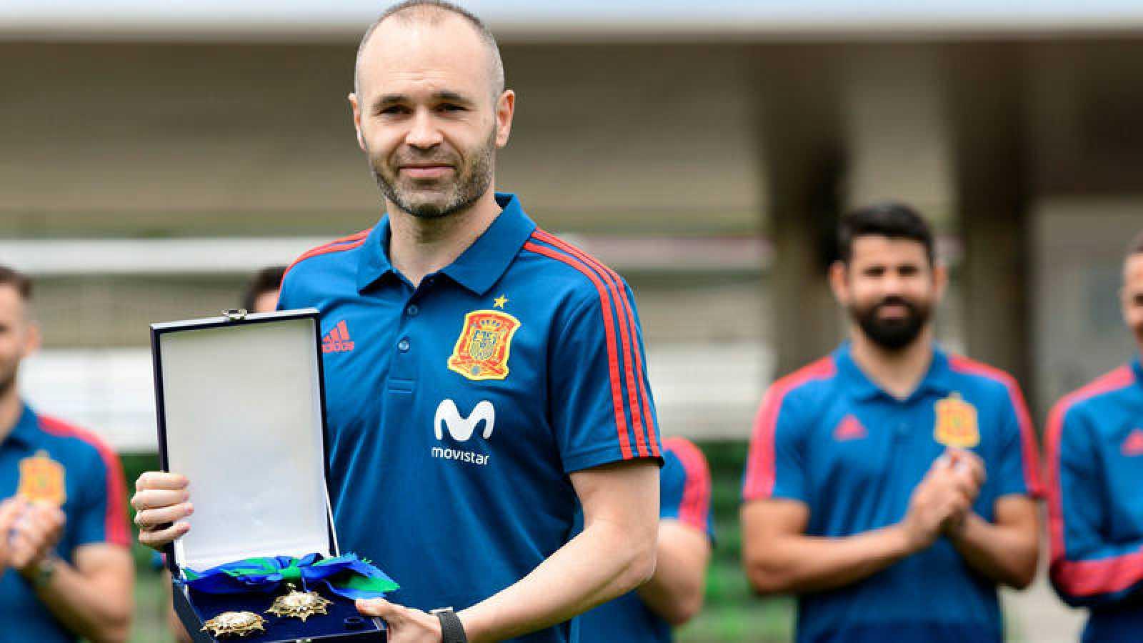 Andrés Iniesta recibe la Orden del Mérito Deportivo en Las Rozas.