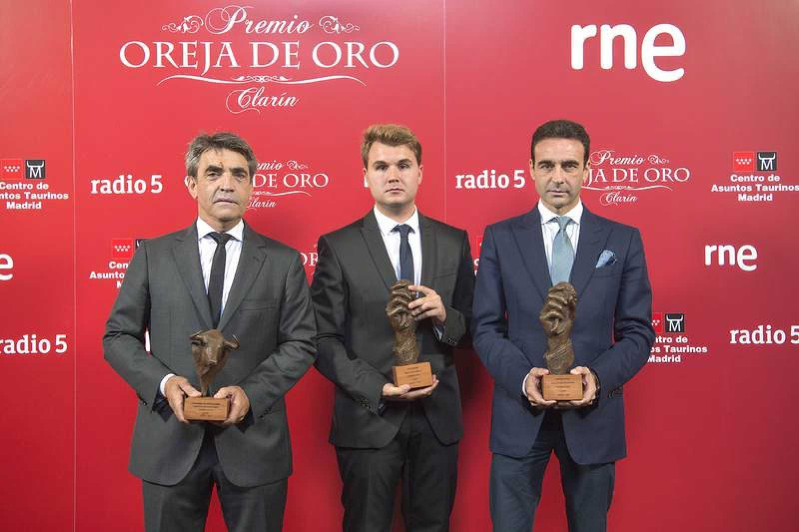 Victorino Martin, Sergio Moreno y Enrique Ponce durante con sus galardones