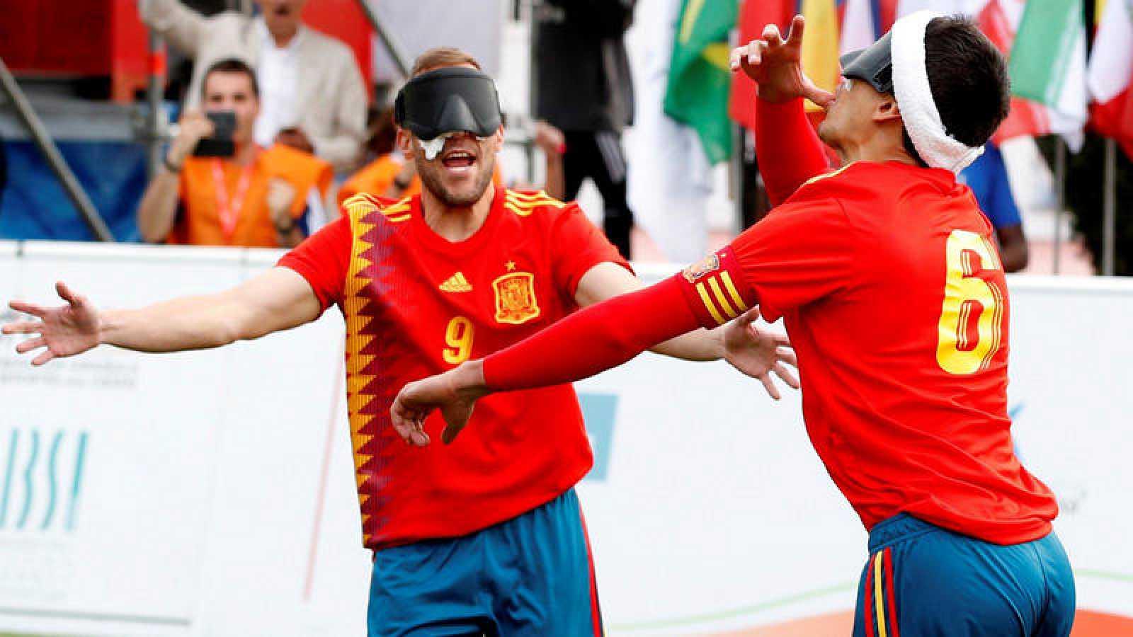 Los españoles celebran uno de los dos goles ante Tailandia.