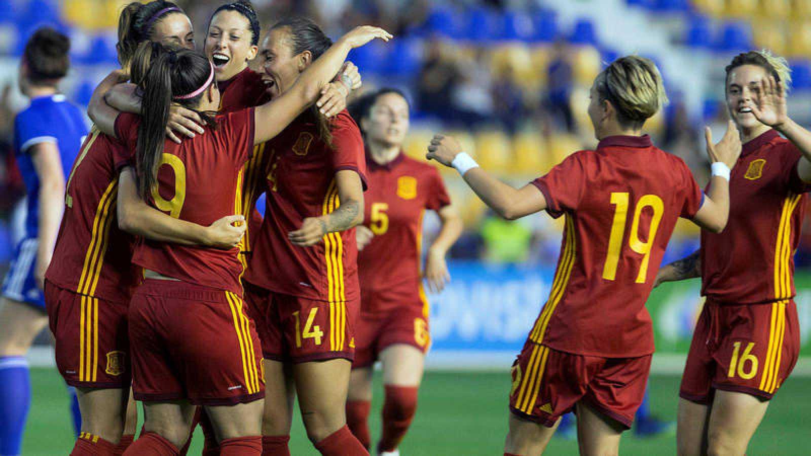Las jugadoras de la selección española celebran un gol frente a Israel.