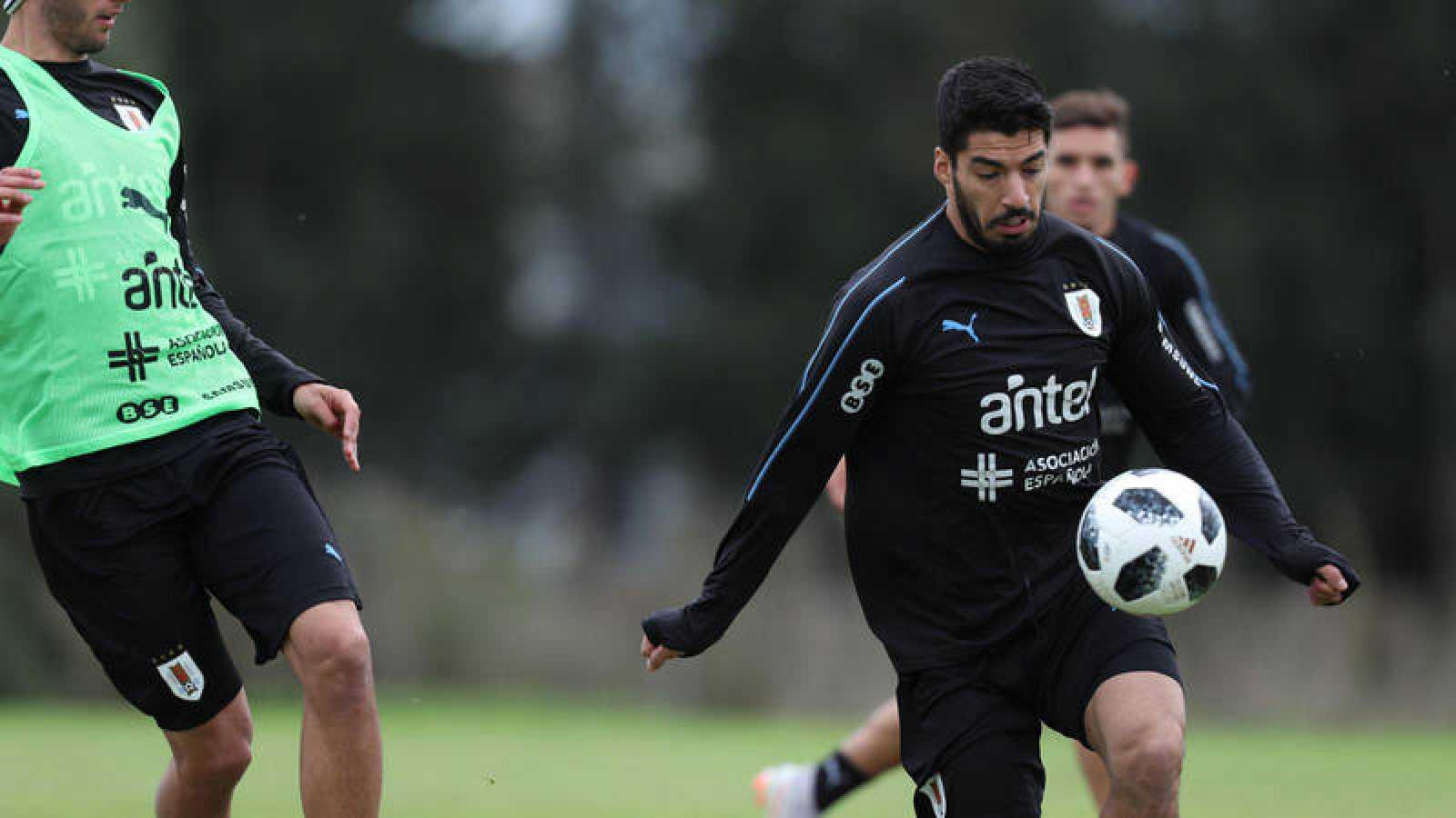 Entrenamiento y rueda de prensa de la selección uruguaya con Luis Suárez en primer término.