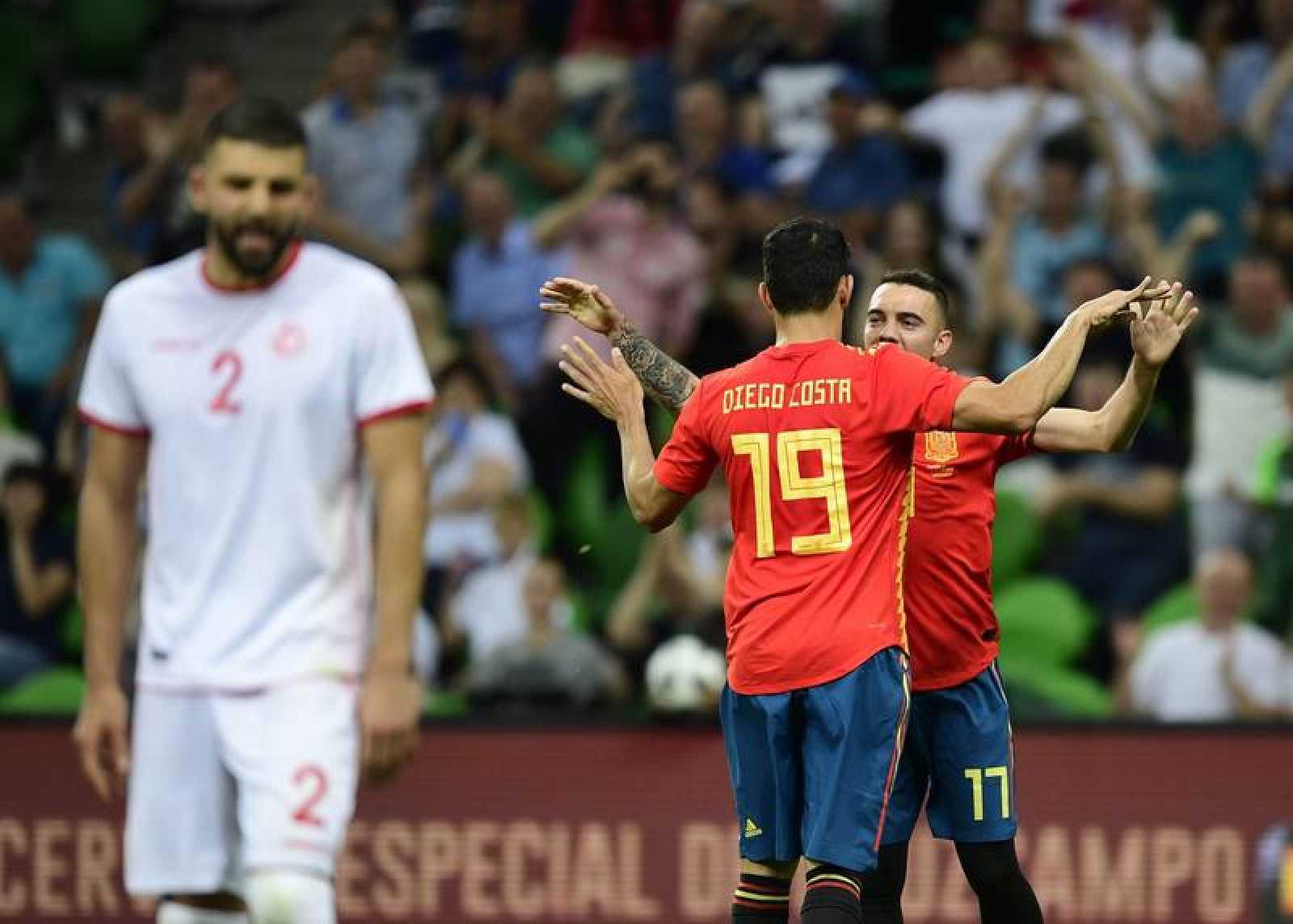 Aspas celebra con Costa el único gol del partido.