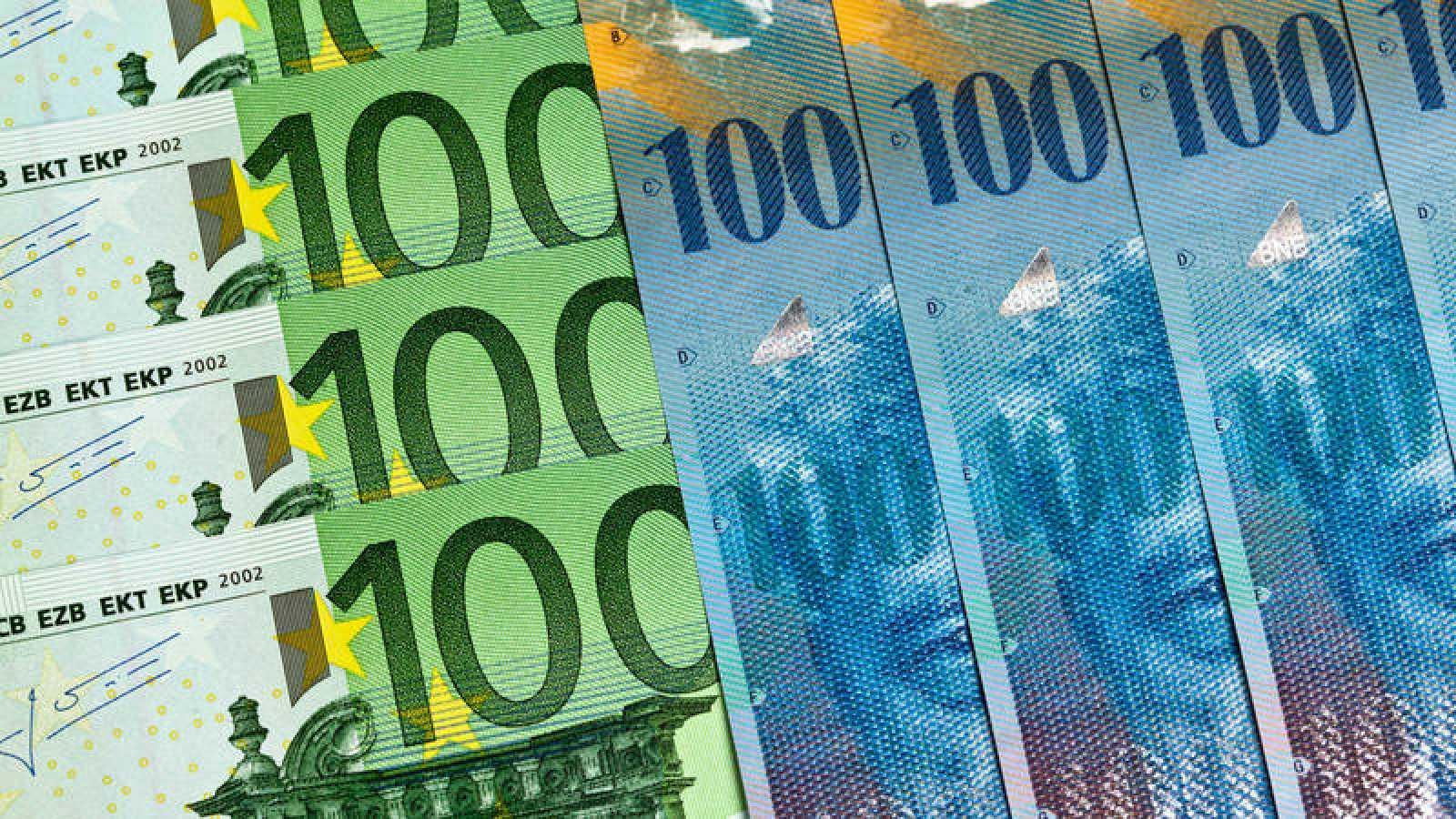 Imagen de archivo de billetes de francos suizos y euros