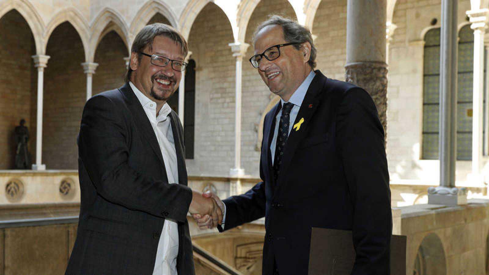 El presidente de Cataluña, Quim Torra (d), con el líder de Catalunya en Común Podem, Xavier Doménech