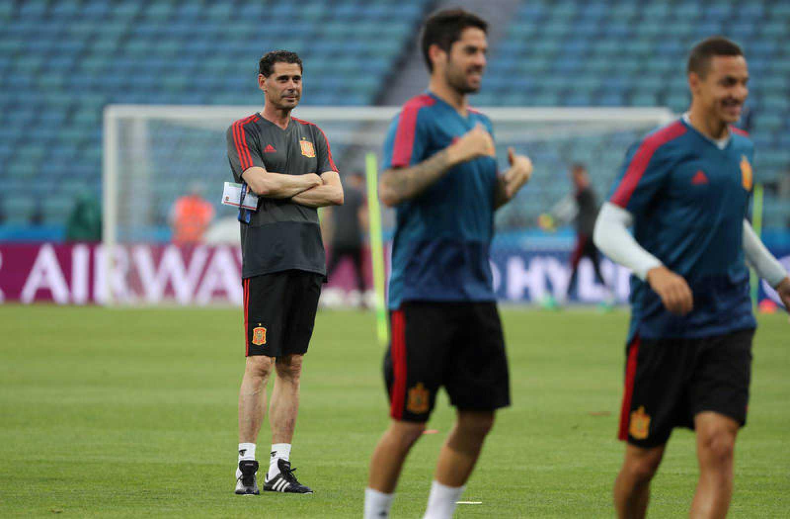 Hierro durante el entreno previo al partido debut contra Portugal.