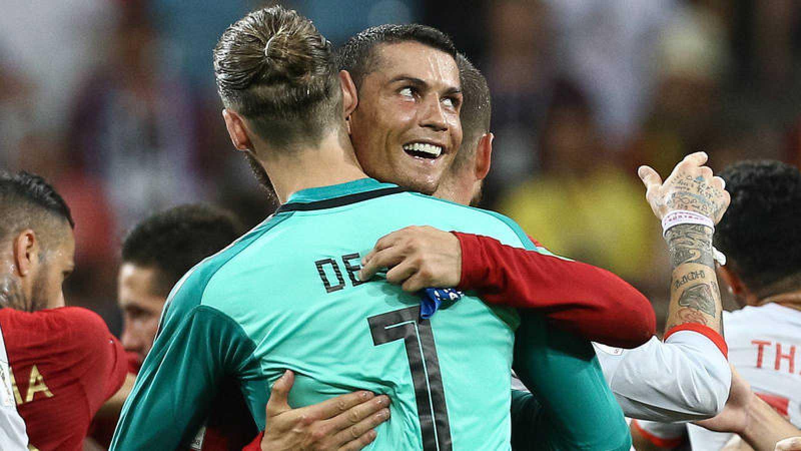 Cristiano Ronaldo abraza a David de Gea al término del Portugal - España.
