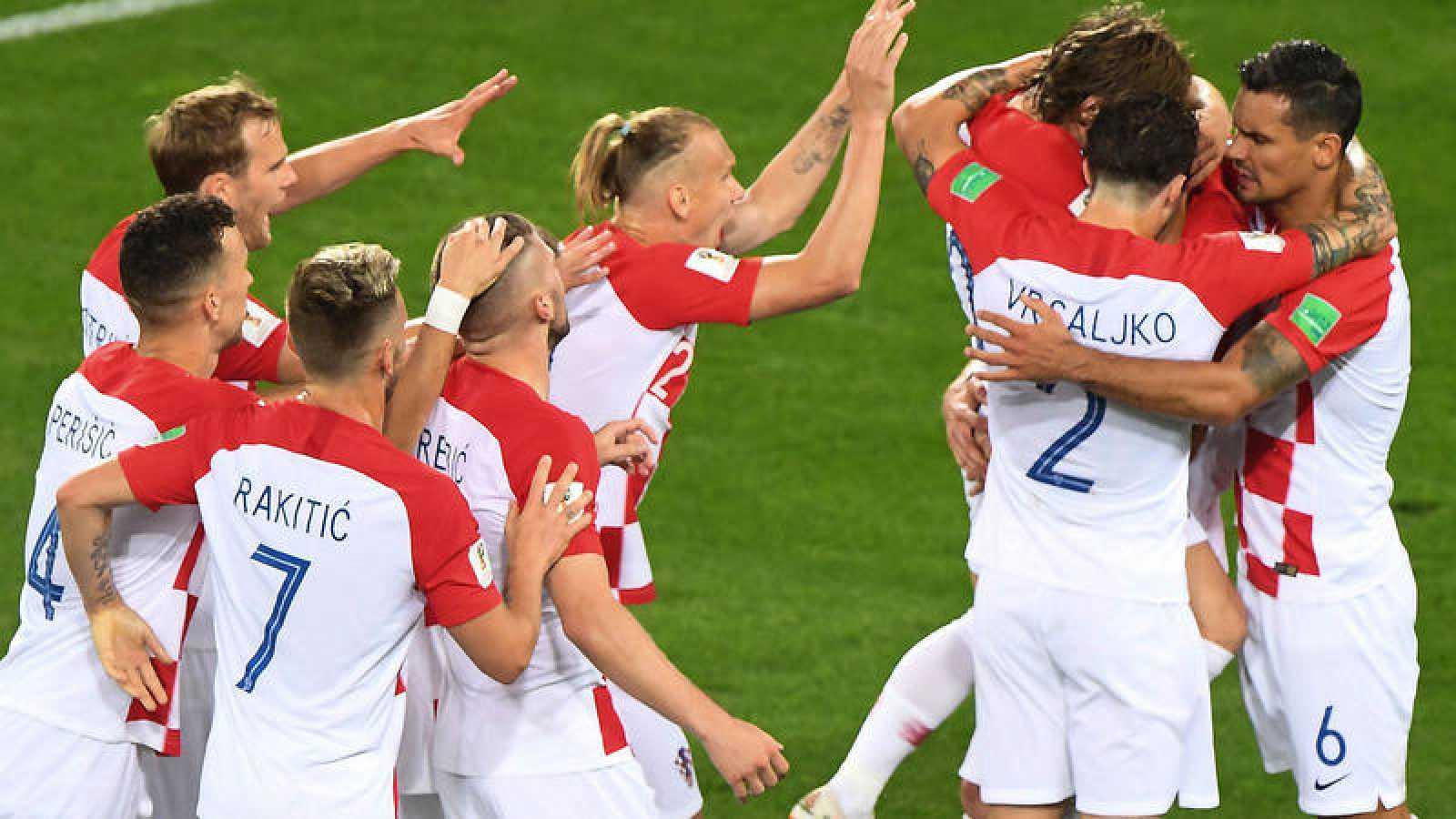 Los jugadores de Croacia celebran su victoria sobre Nigeria.
