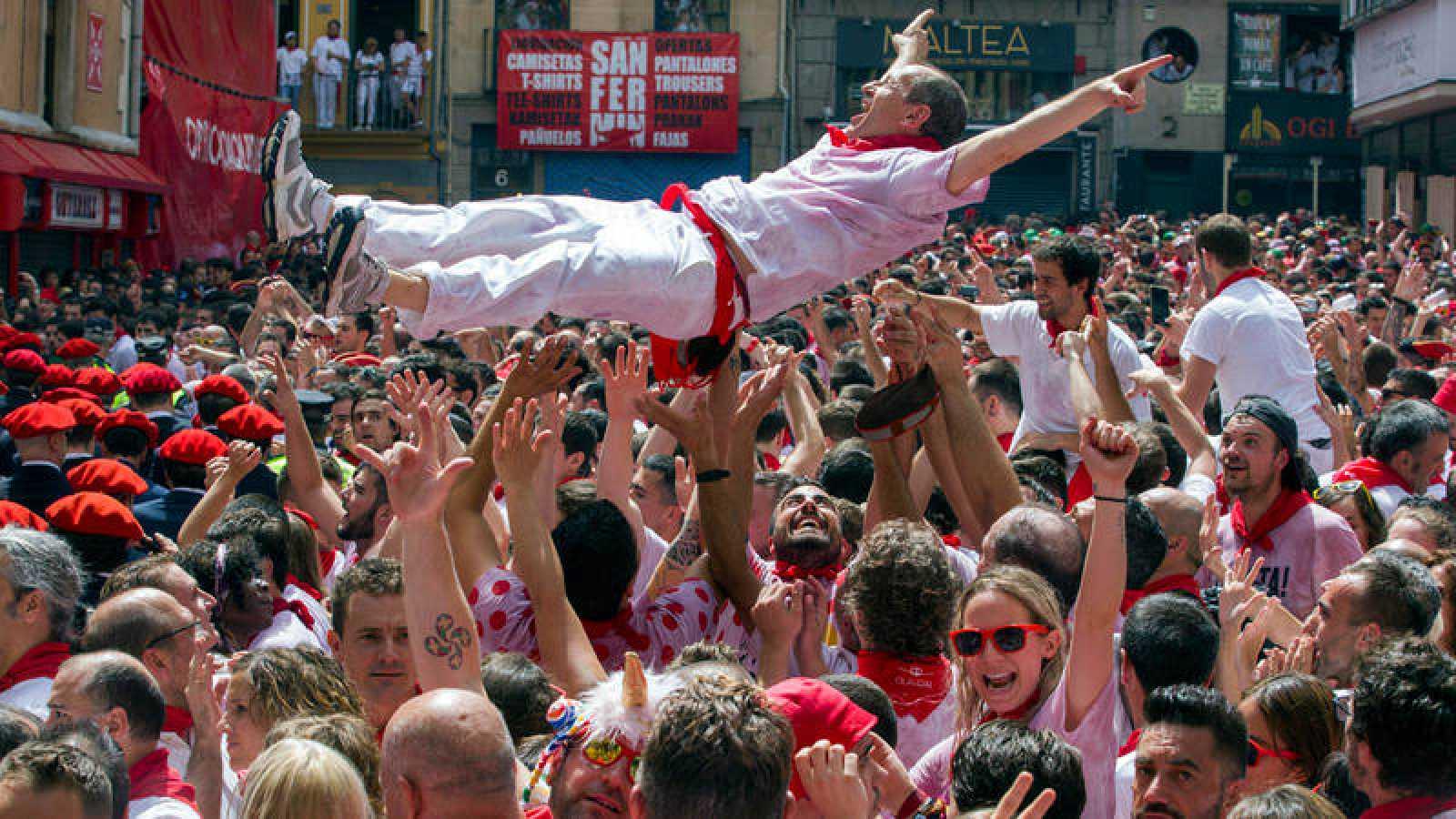 Un mozo es manteado por la multitud en el chupinazo