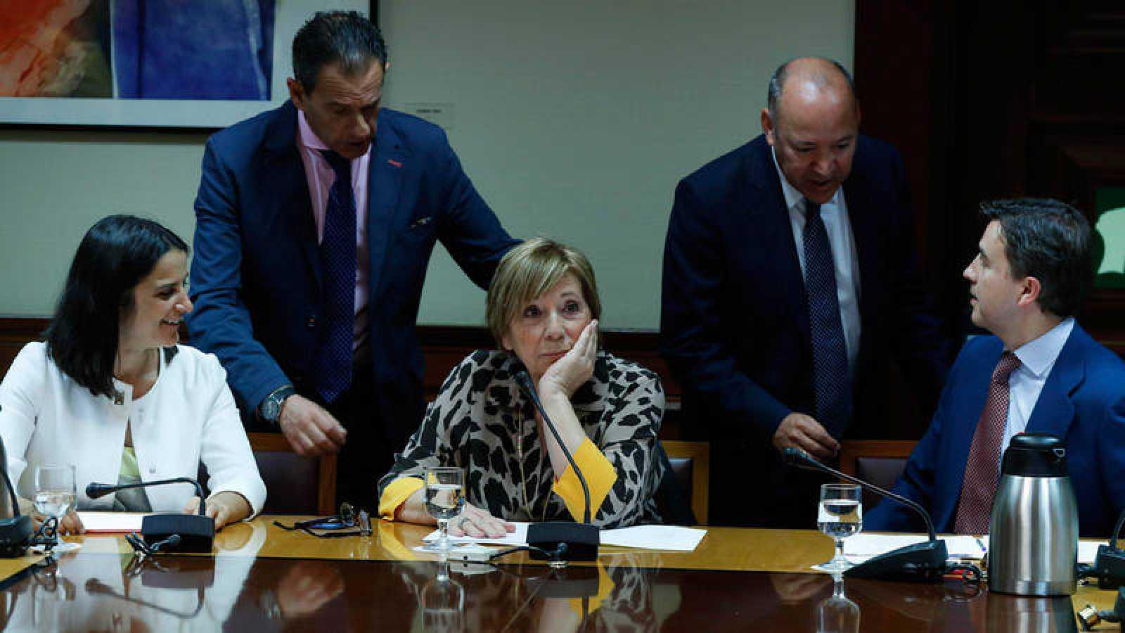 La presidenta de la Comisión de Seguimiento y Evaluación de los Acuerdos Pacto de Toledo, Celia Villalobos (c), conversa con los integrantes de dicha comisión