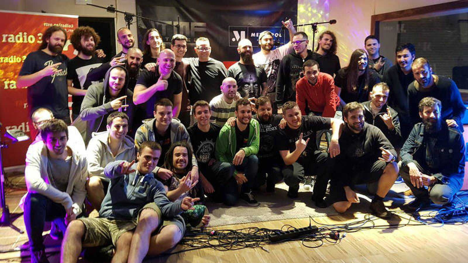 Foto de familia de la final de La Factoría del Fénix con las cinco bandas finalistas y los miembros del jurado