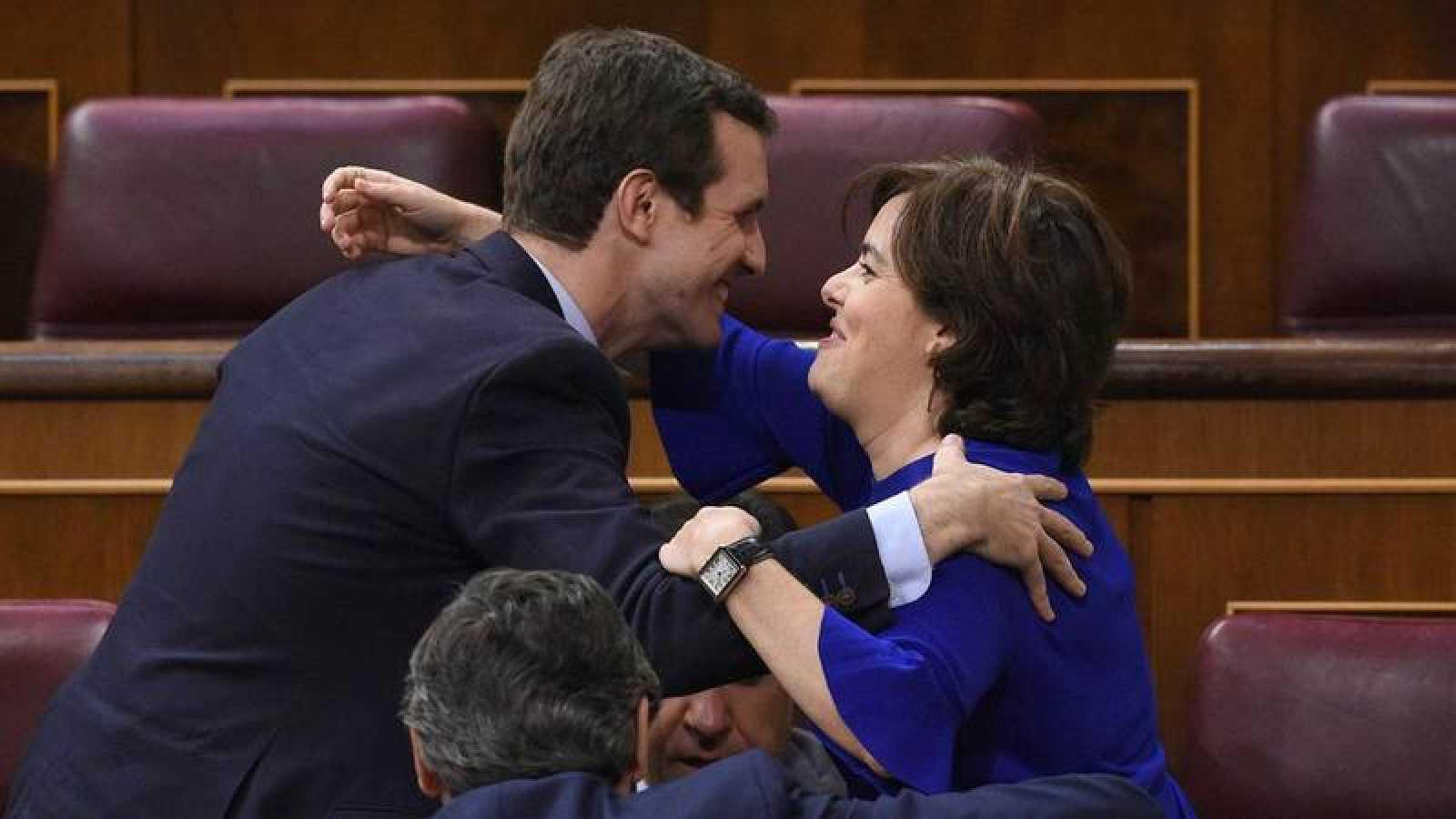 Los precandidatos Sáenz de Santamaría y Casado se saludan en el Congreso de los Diputados.