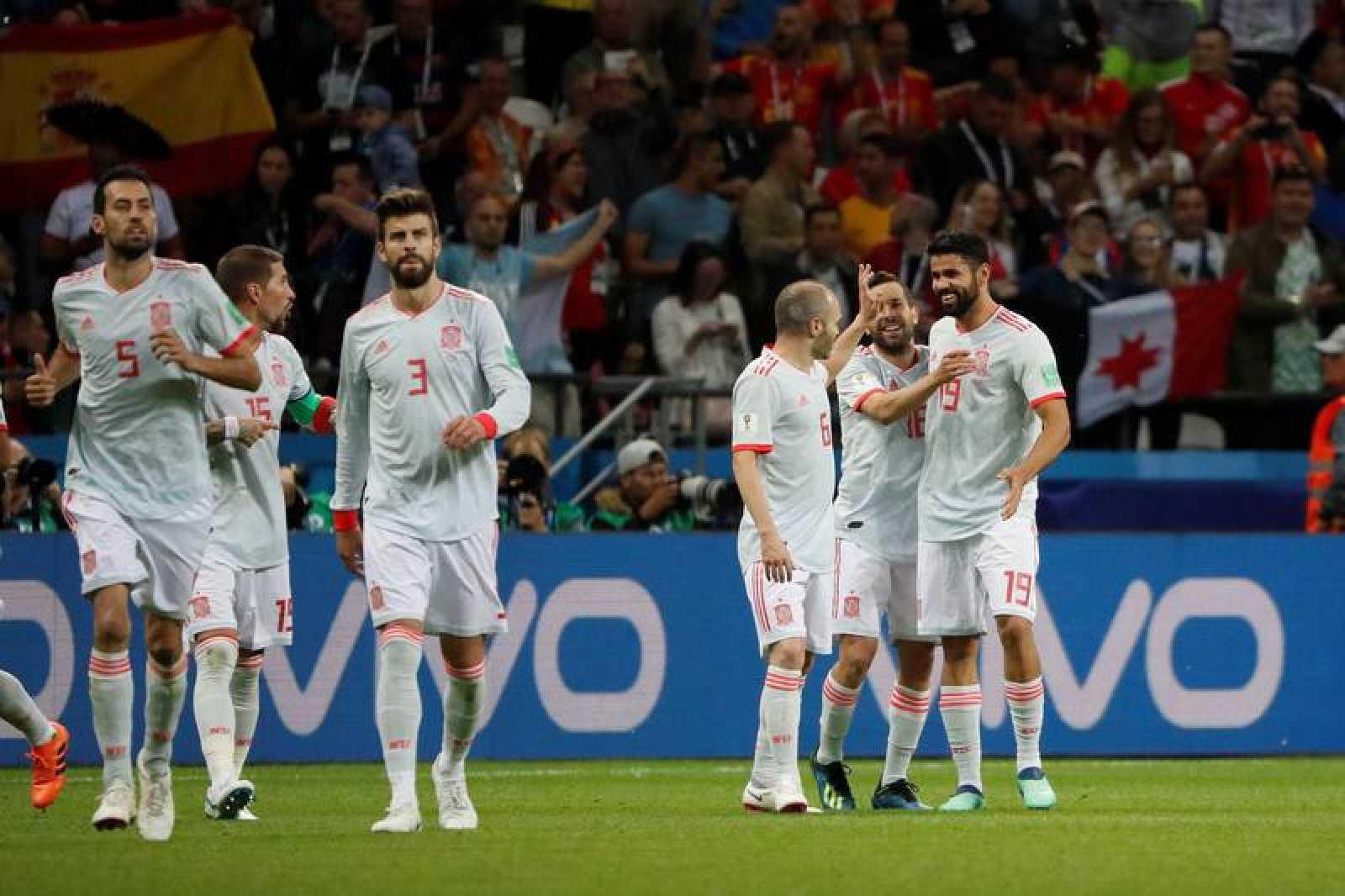 Costa celebra su gol ante Irán con sus compañeros