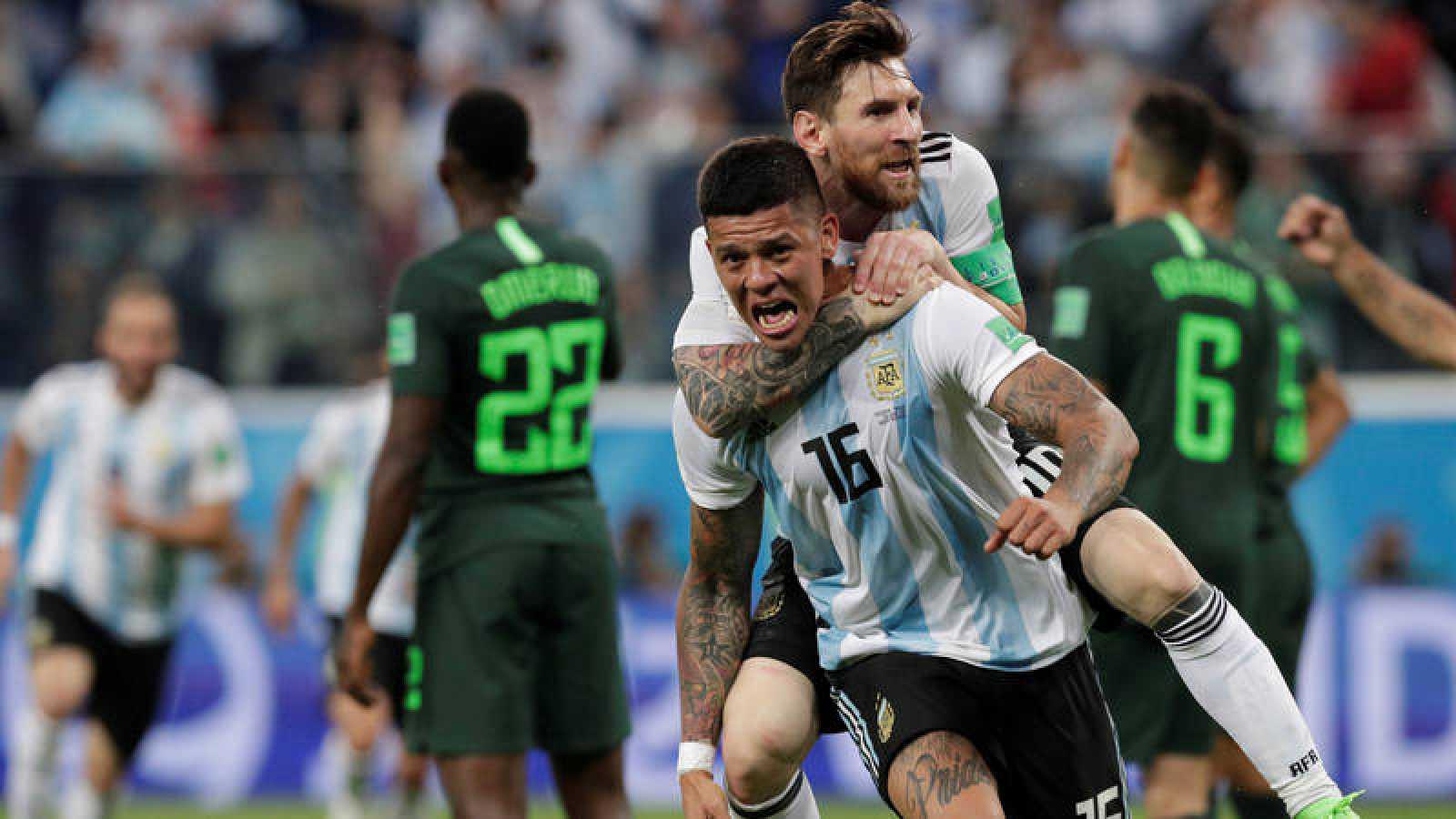 Rojo y Messi celebra el gol del pase de Argentina a octavos.