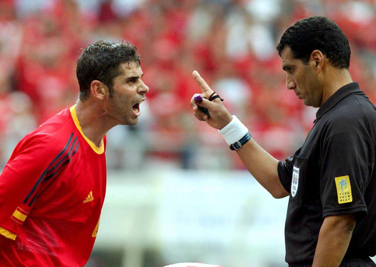 El por entonces capitán de la selección española, Fernando Hierro, protestaba una decisión del egipcio Gamal Al Ghandour.