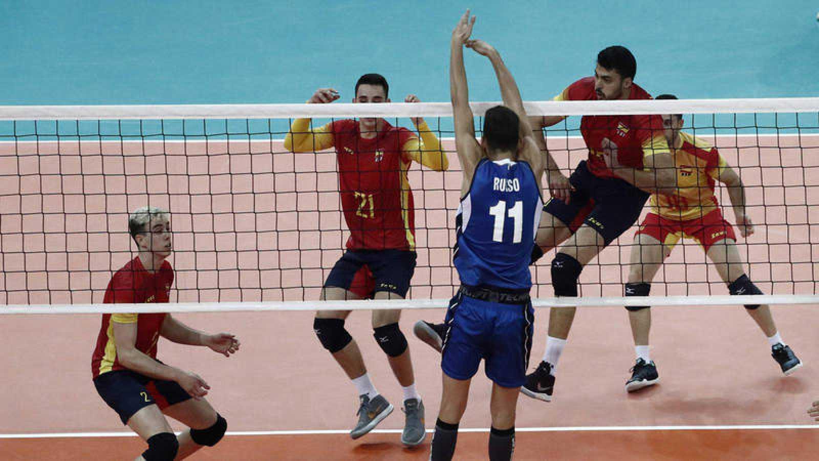El jugador italiano Russo Roberto defiende una jugada ante los españoles Angel Trinidad y Gabriel del Carmen