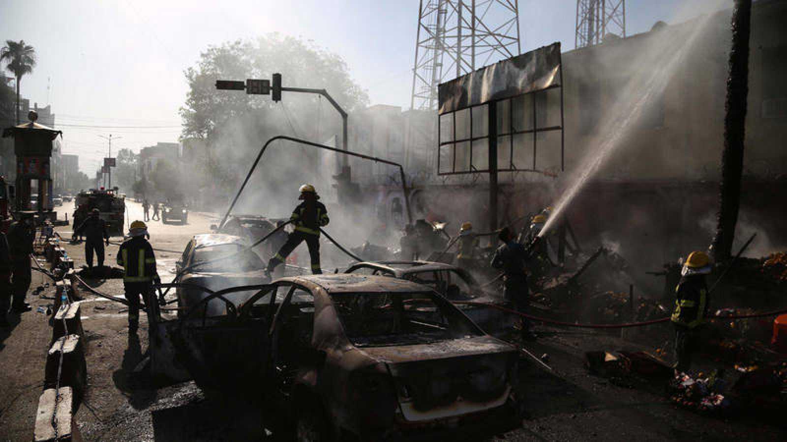 Los bomberos trabajan en el lugar del atentado, en Jalalabad