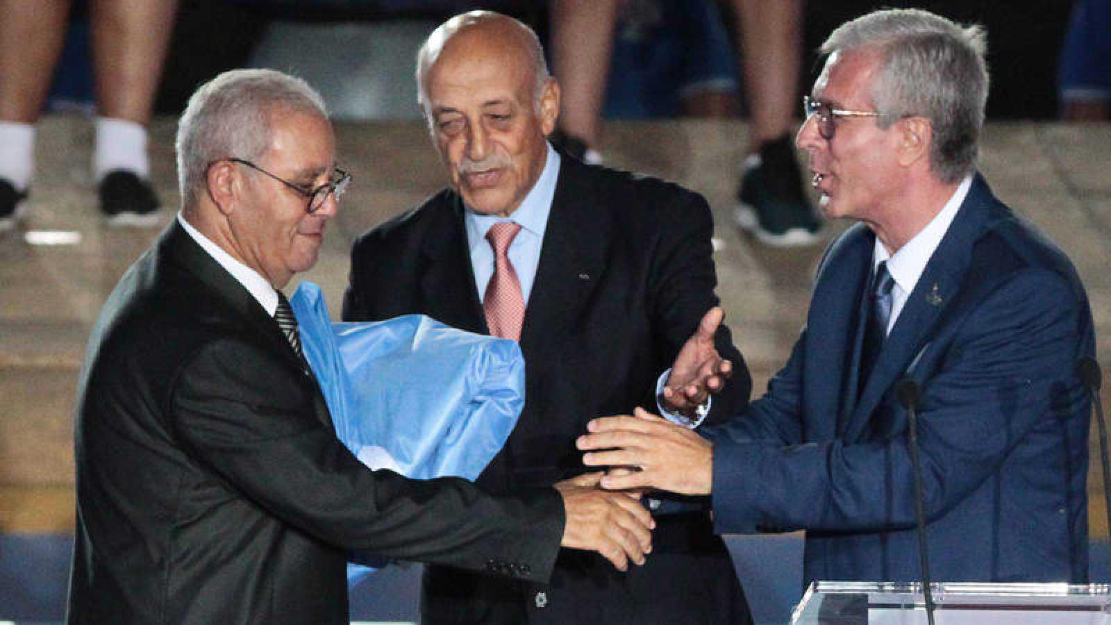 El alcalde de Tarragona, Félix Ballesteros (d), entrega la bandera de los juegos al alcalde de Orán, Noureddine Boukhatem (i)