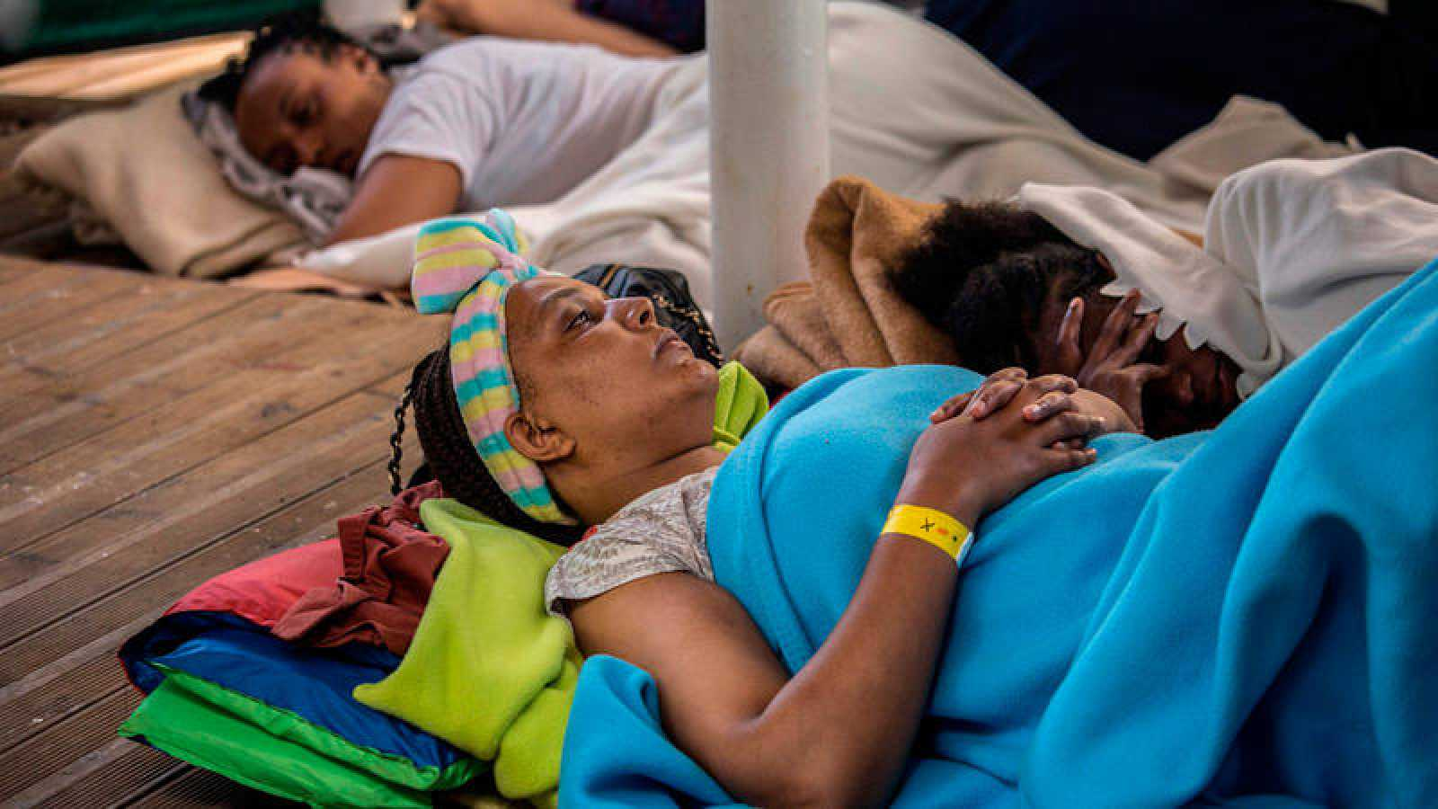 Una madre descansa junto a su hija en la cubierta de la embarcación de rescate Open Arms.