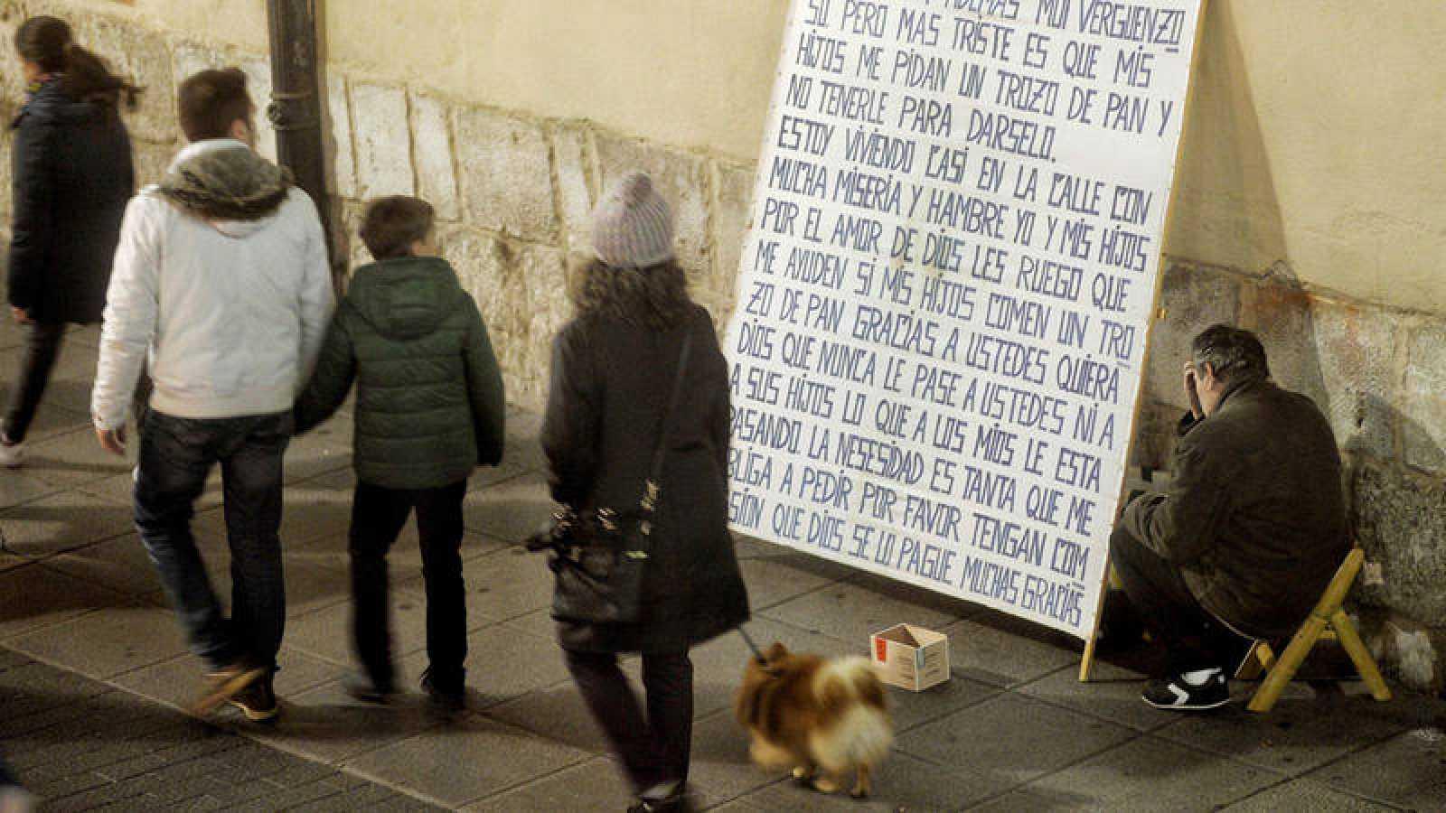 Un mendigo pide en una calle del centro de Madrid