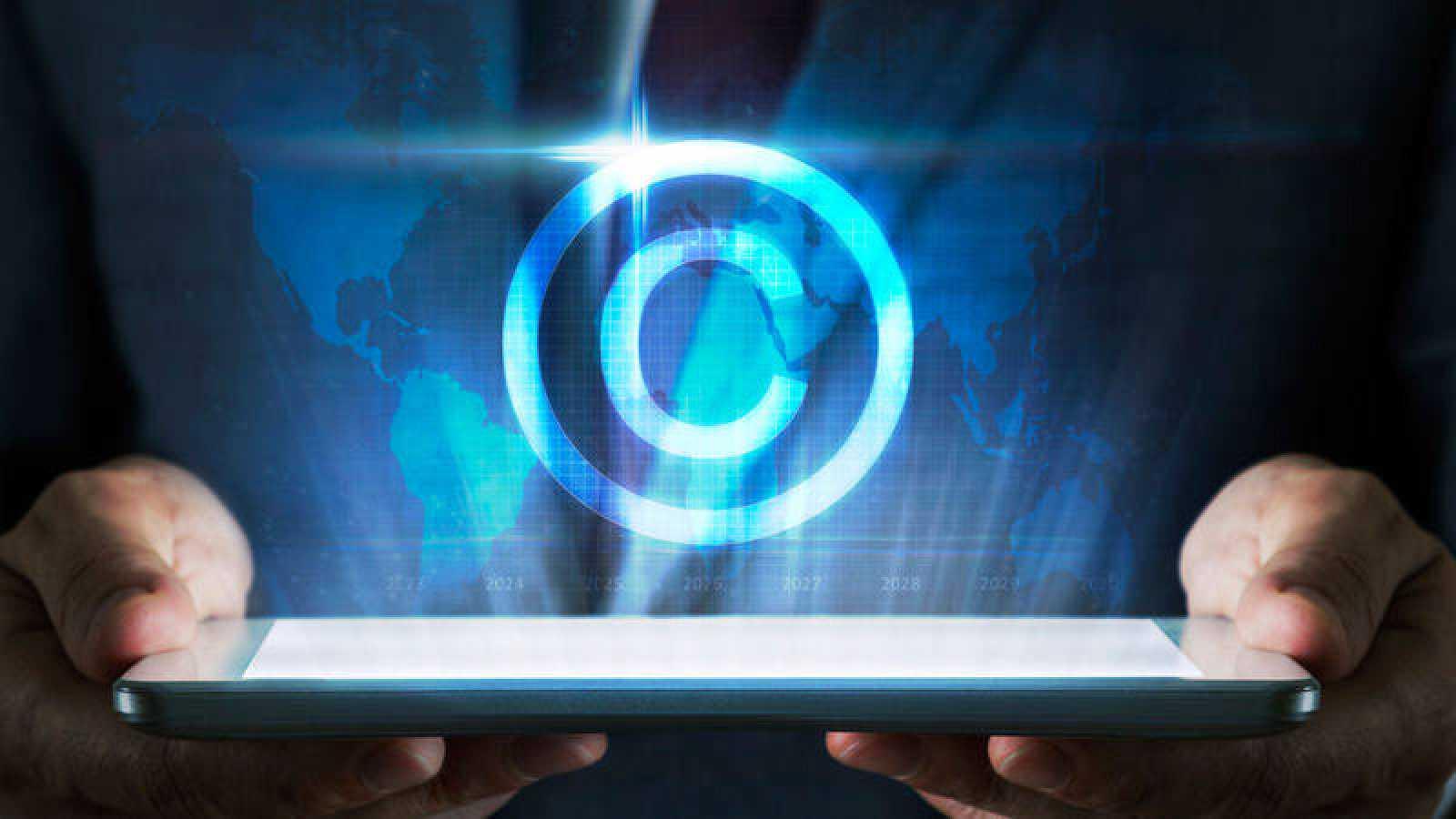 Símbolo de los derechos de autor o 'copyright' sobre un dispositivo electrónico