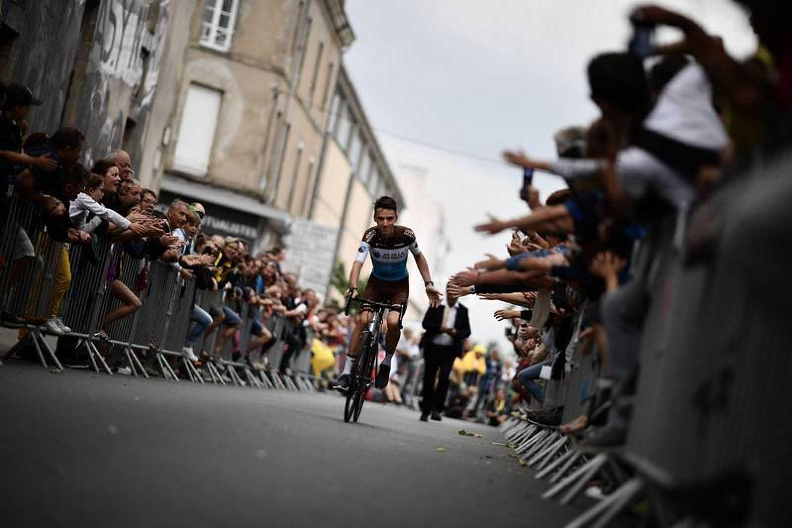 Espectadores franceses reciben al ciclista galo Romain Bardet antes de la presentación del Tour de Francia 2018.