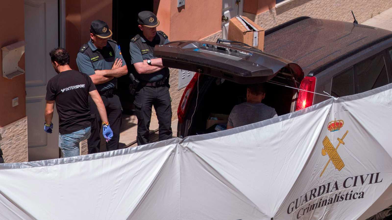 Agentes de la Guardia Civil en la vivienda donde un hombre ha matado supuestamente a su pareja, una joven de 24 años, y se ha dado a la fuga