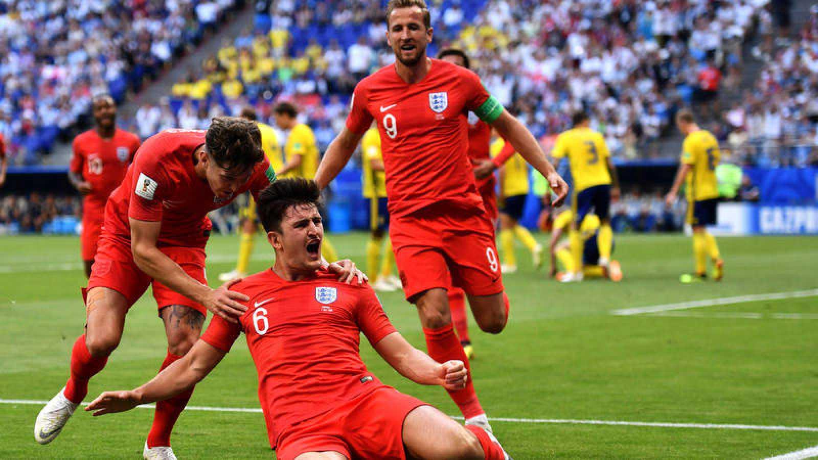 Los jugadores de Inglaterra celebran el gol de Maguire a Suecia.