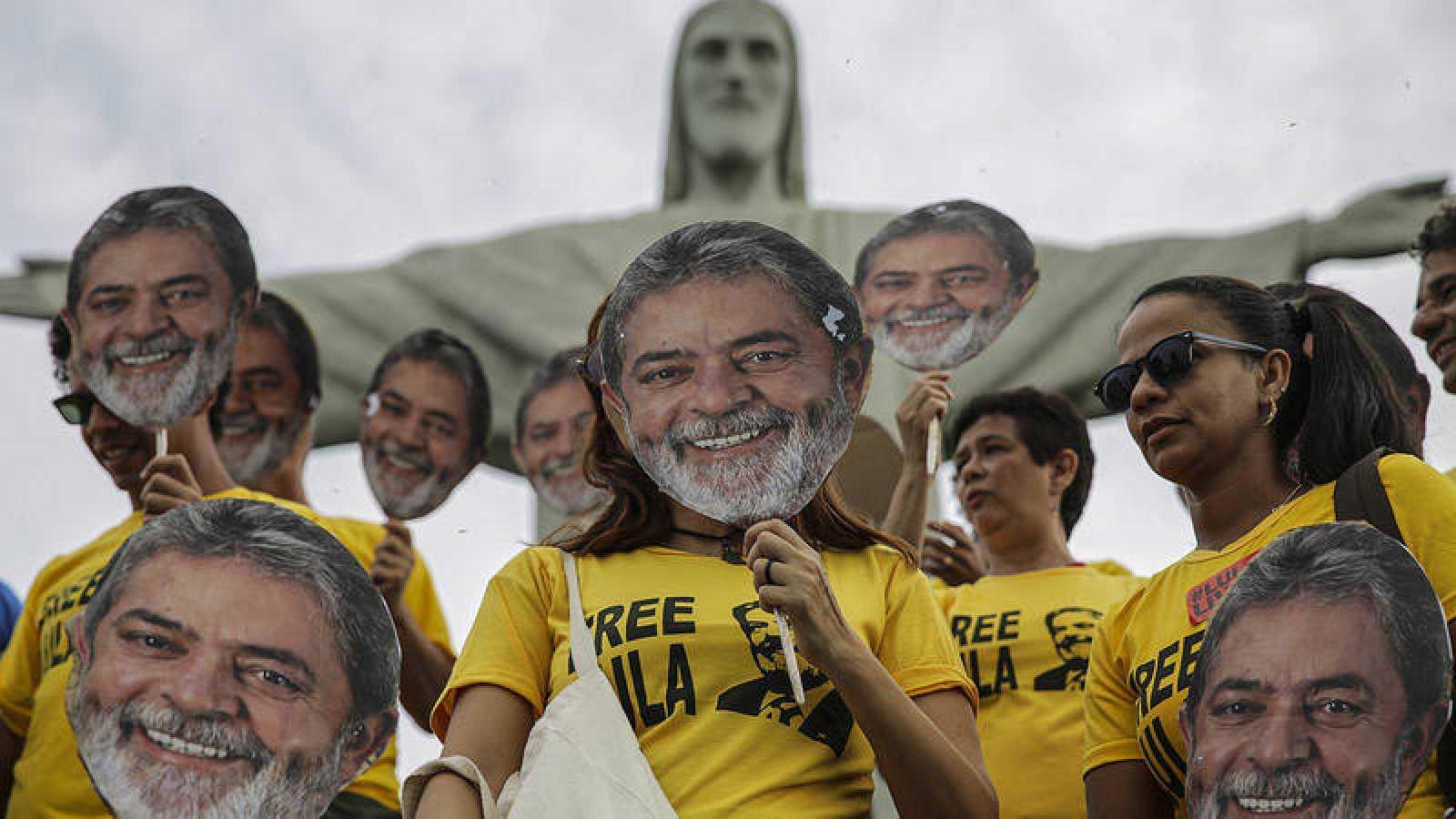 Seguidores de Luiz Inácio Lula da Silva usan máscaras del expresidente brasilñeo en un acto donde piden su libertad