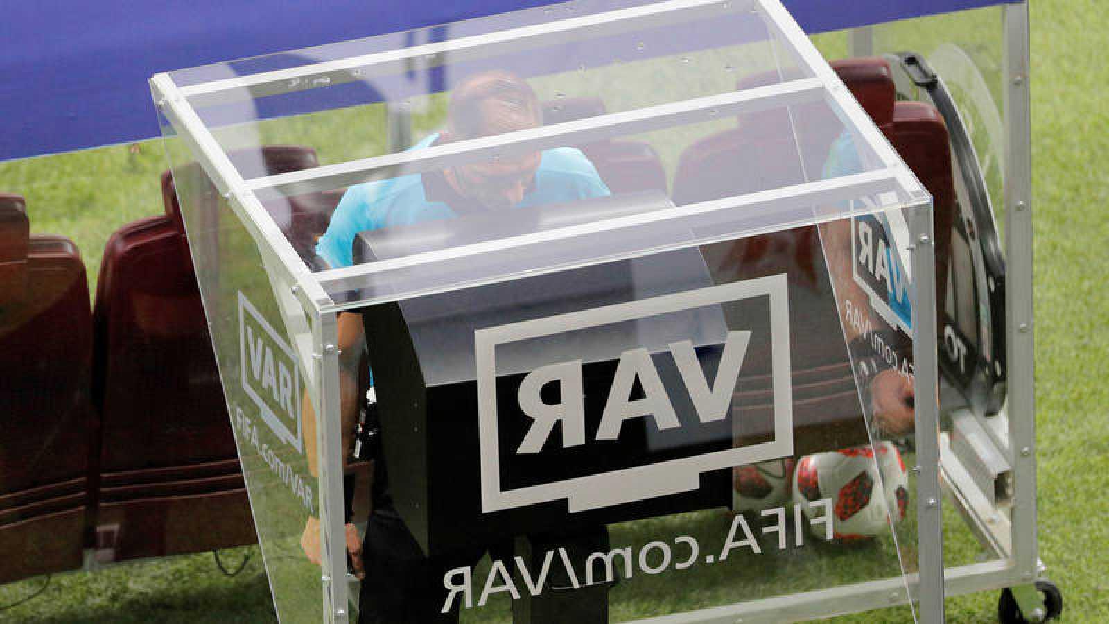 El argentino Néstor Pitana consulta el VAR durante la final del pasado Mundial de Rusia.