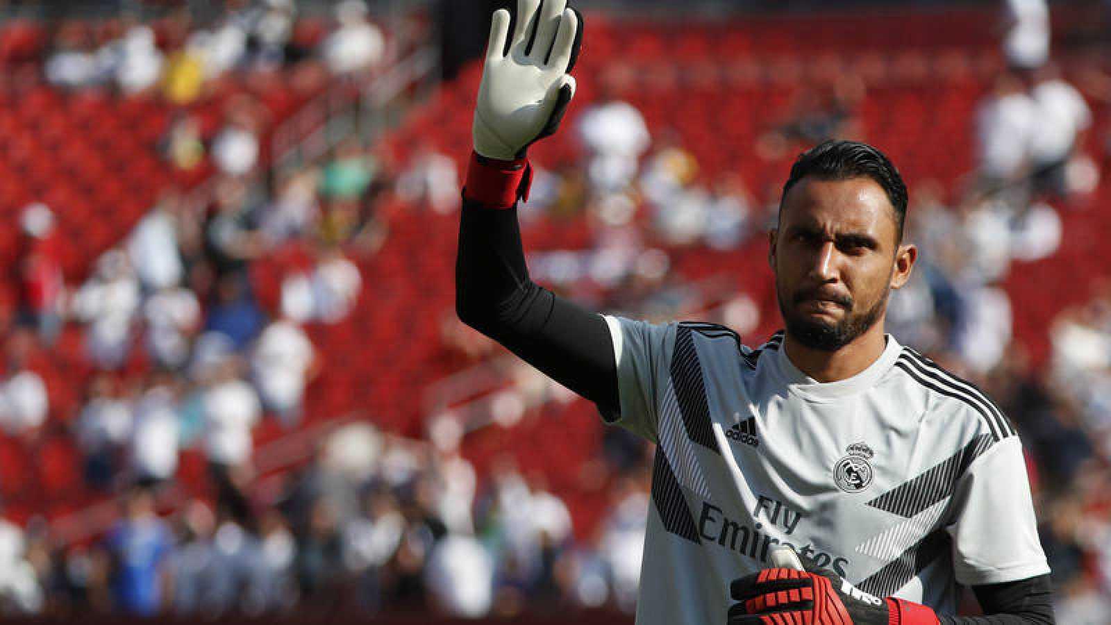 Keylor Navas saluda a los aficionados en un amistoso de la gira veraniega del Madrid.