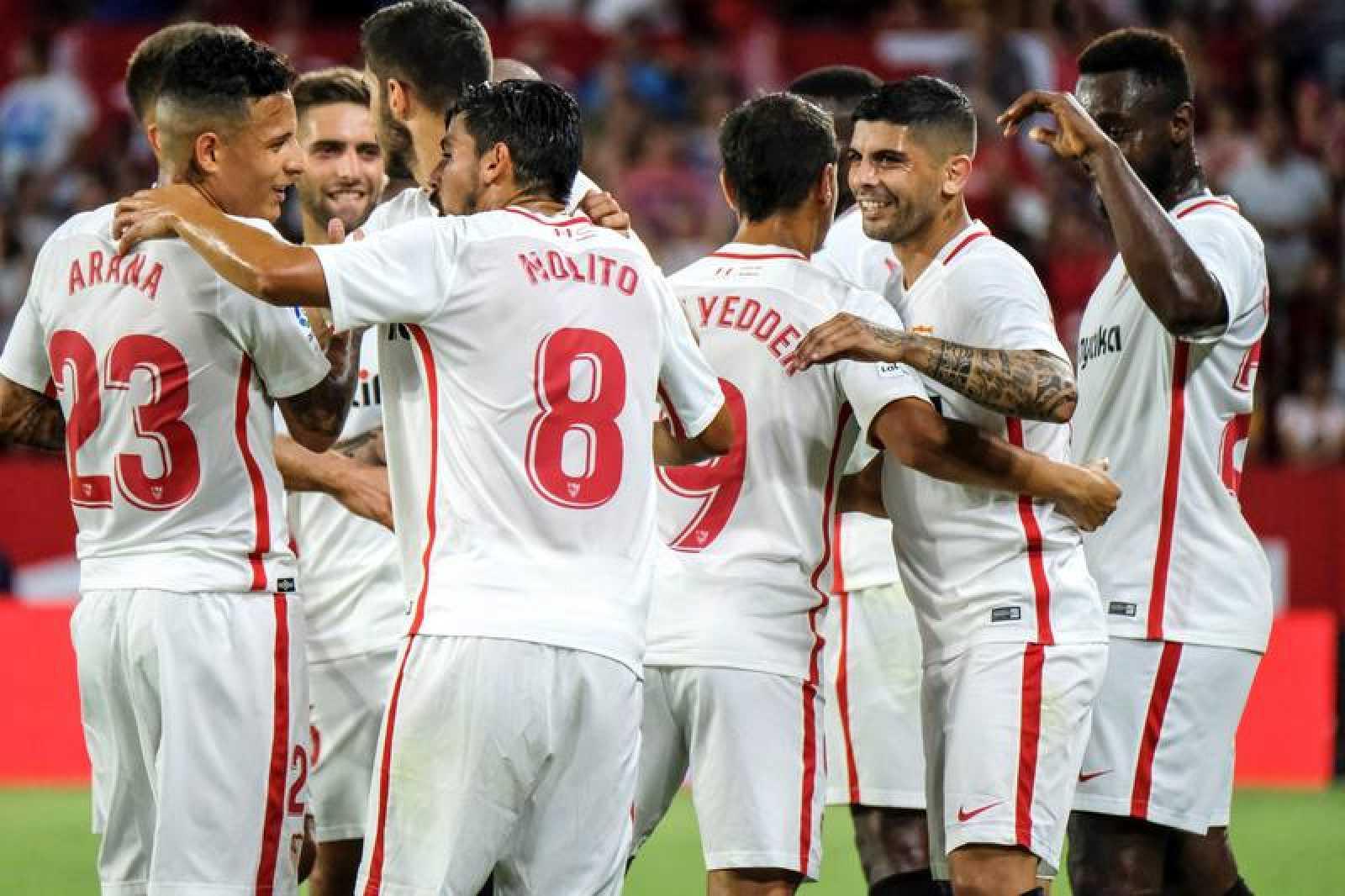 Éver Banega celebra con sus compañeros el gol logrado de falta ante el Zalgiris.
