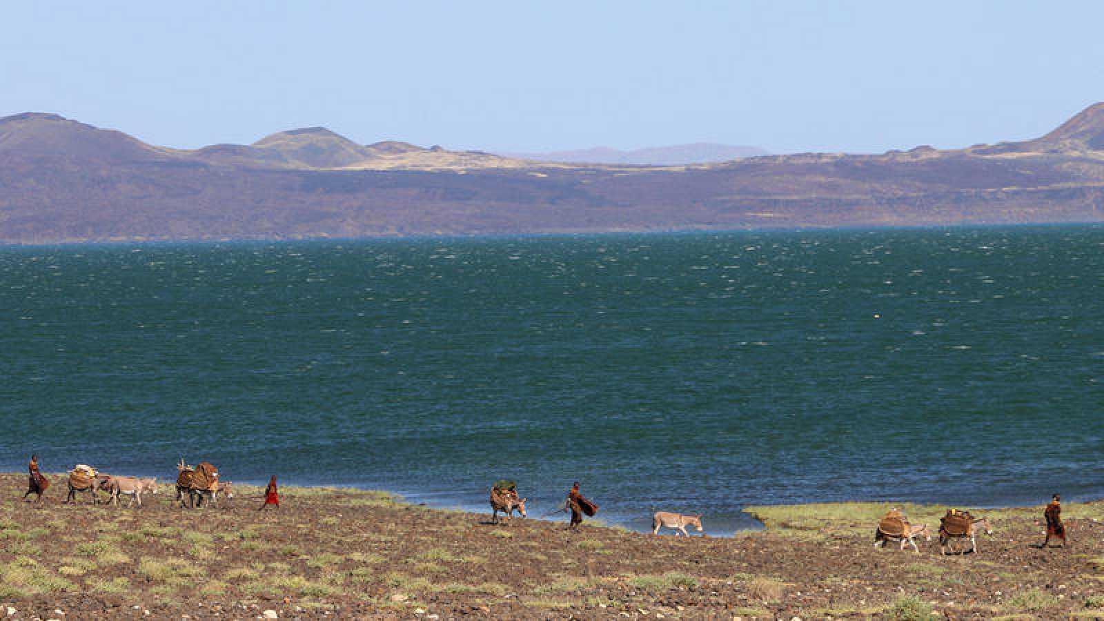 Miembros actuales del pueblo Turkana, junto al lago del mismo nombre.