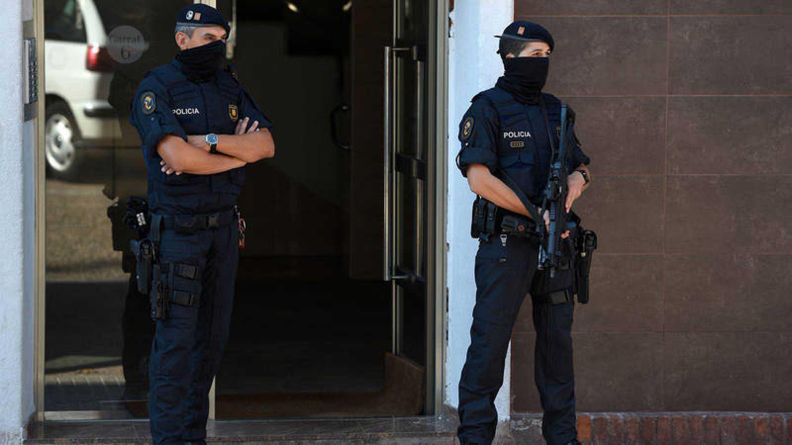 Dos agentes de los Mossos d'Esquadra escoltan la comisaría de Cornellà el lunes
