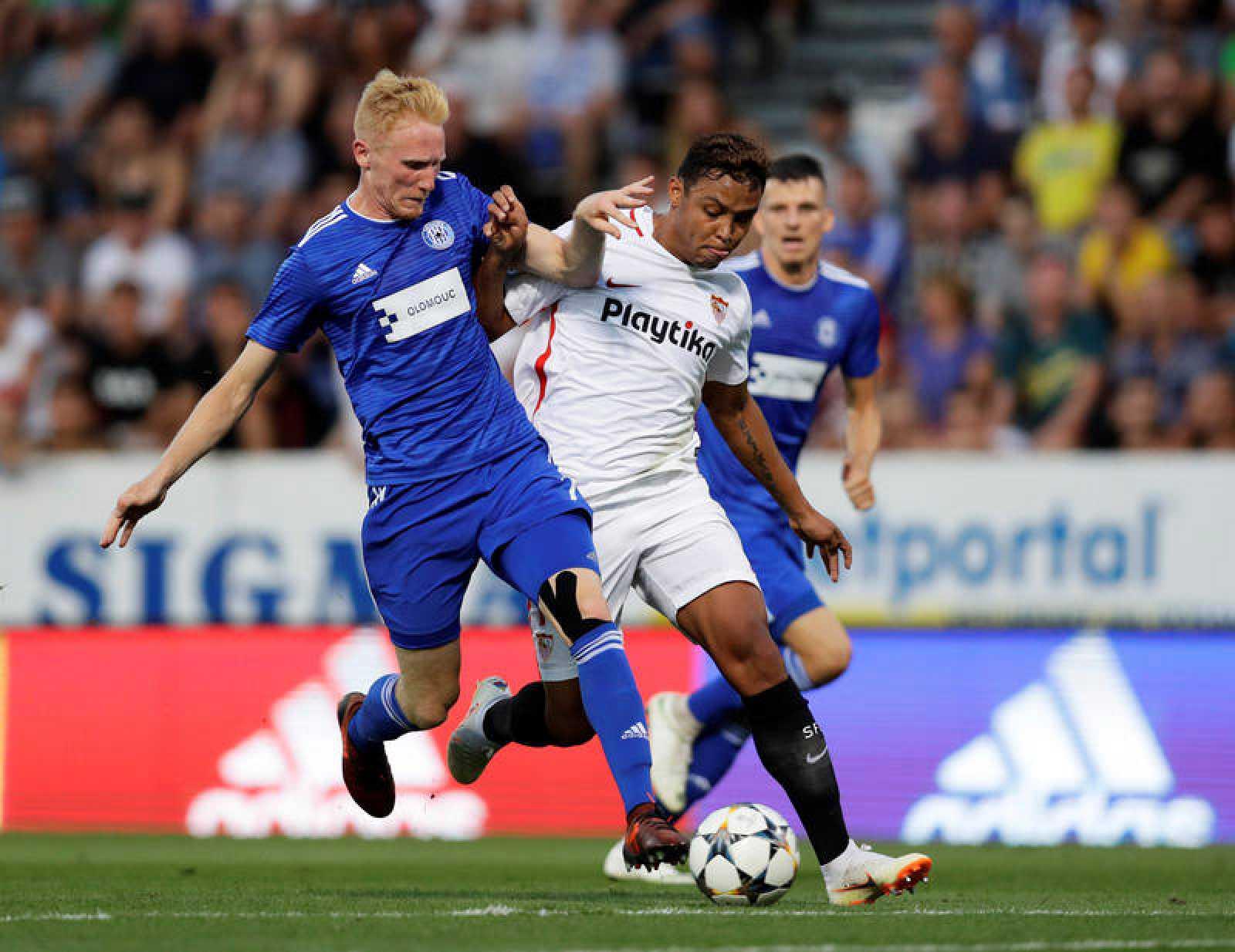 El delantero Muriel disputa el balón ante dos defensores del Sigma Olomouc checo.