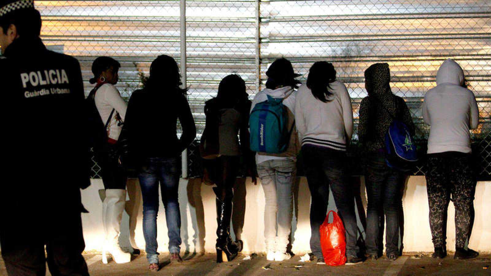 Imagen de archivo de una redada policial contra la prostitución callejera en Barcelona